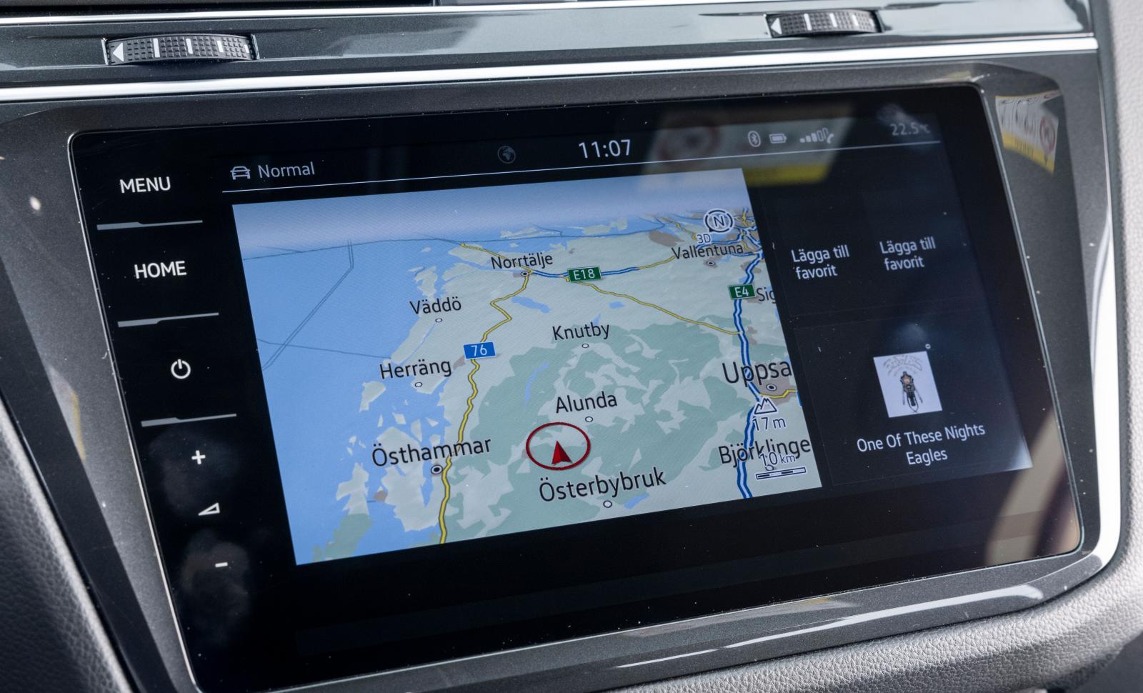 Volkswagen: VW har i senaste versionen av sitt system spolat fysiska knappar till förmån för touchkontroller. Enkelt och bra genomgående, men många fingeravtryck blir det.