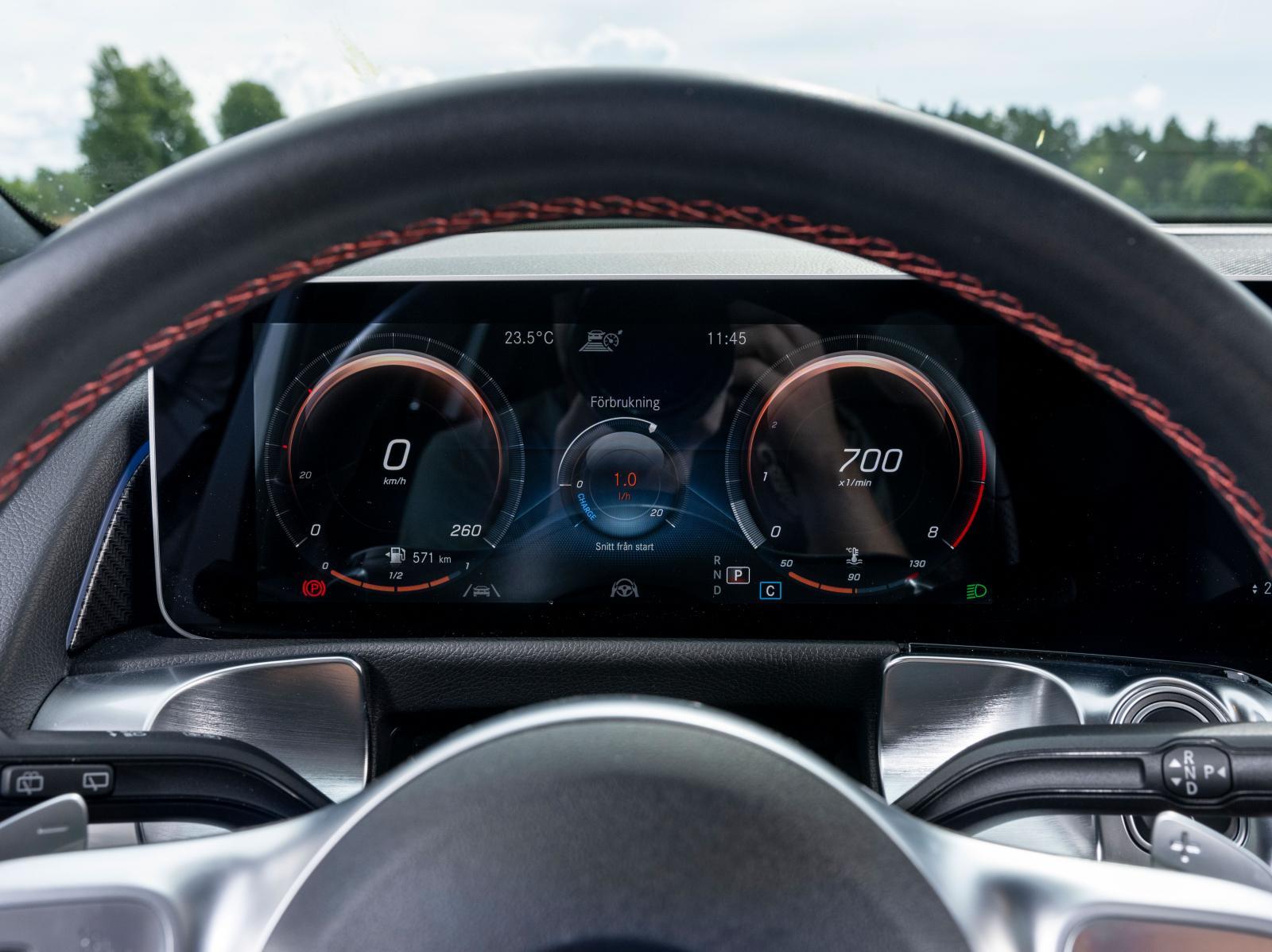 Instrumentvisningen kan varieras på åtskilliga sätt i GLB, som i andra Mercedes. Rätt kul, men hur ofta behöver man byta?