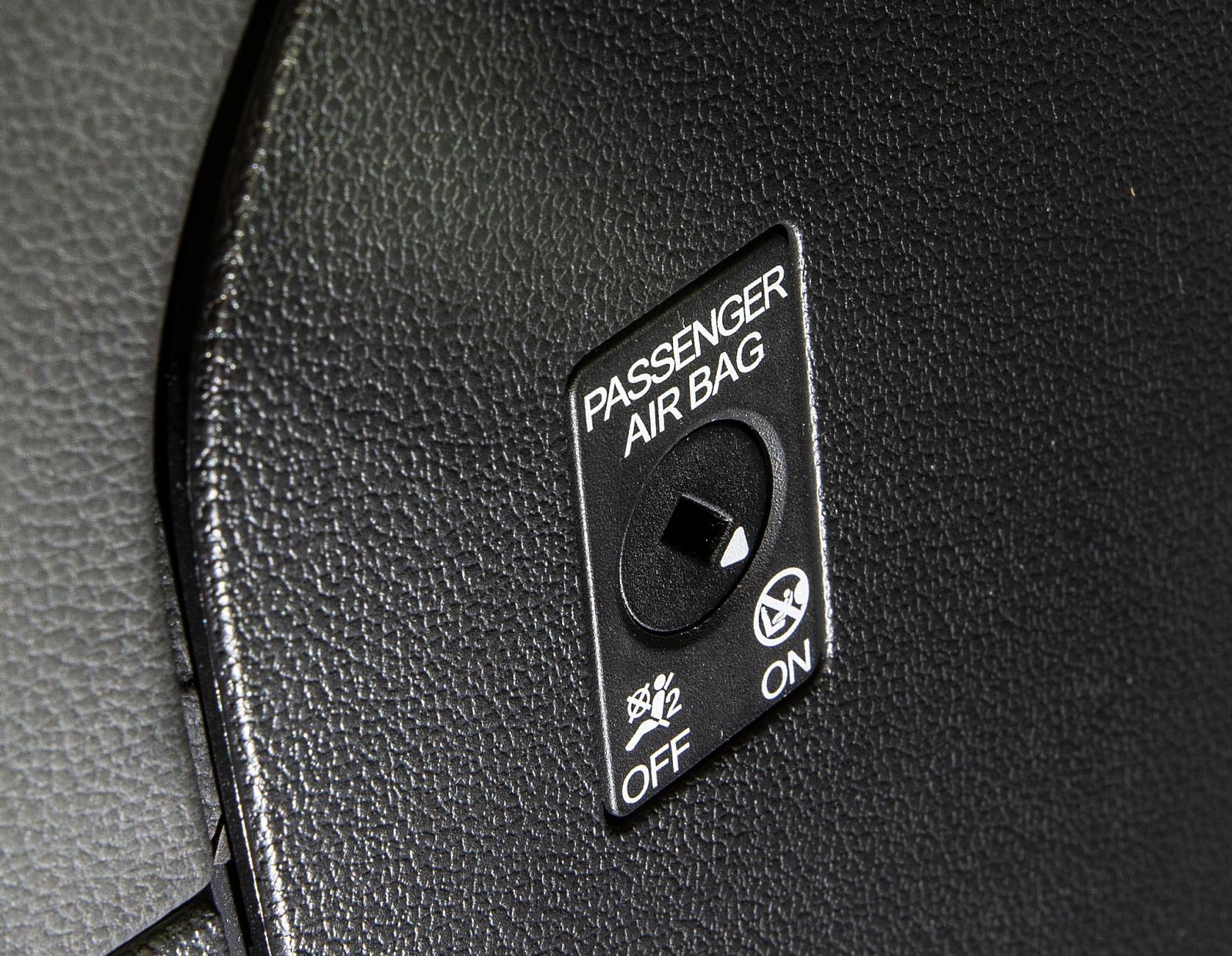 I ALLA tre är det också enkelt att stänga av passagerarkrockkudden.