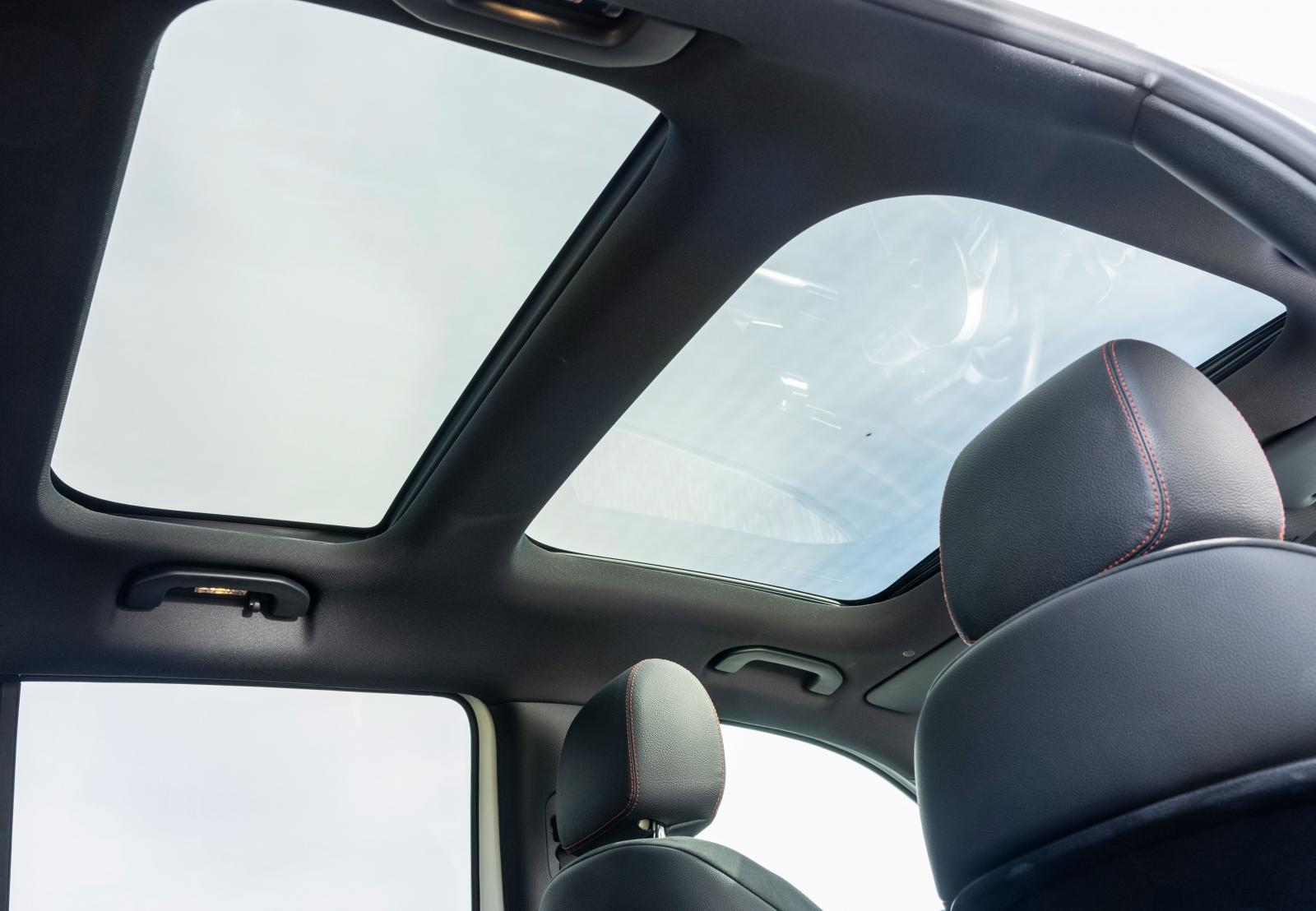 Utmärkt sikt genom stora fönsterytor och överskådlig karossform. Dubbla takluckor av glas kostar rimliga 7500 kronor extra.
