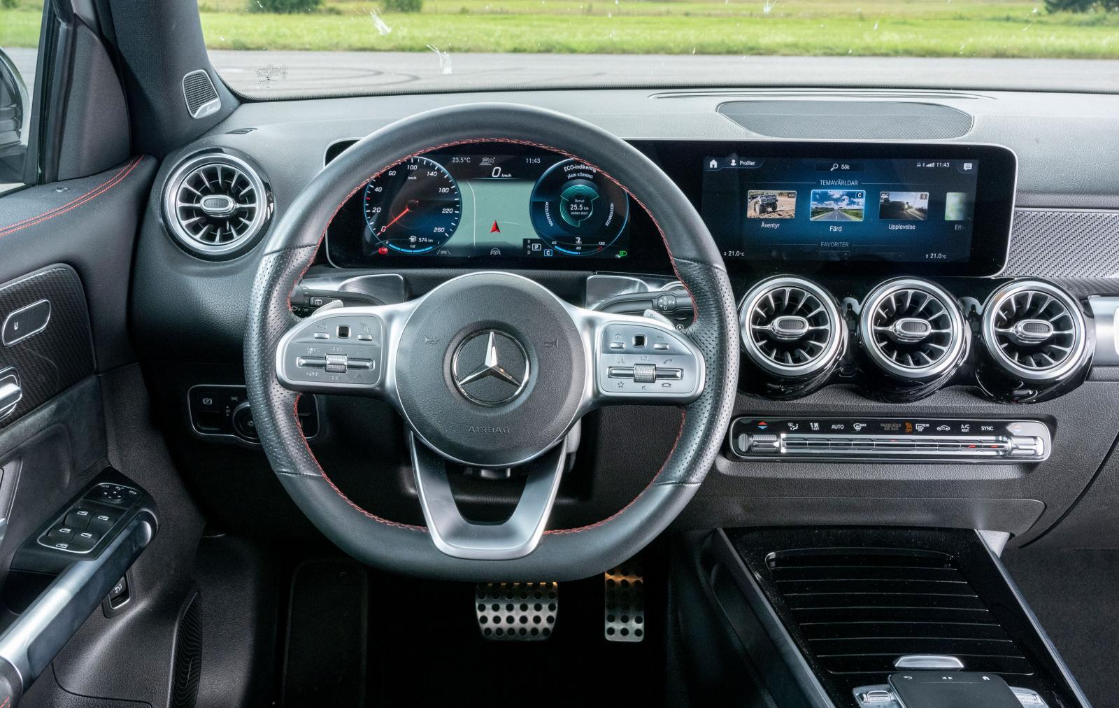 Mercedes: Gräll förarmiljö i testbilen, blankpaneler som ser ut som konfektyrpapper. Dörrsidorna knakar och flexar – noll Mercedeskänsla för halvmiljonen.