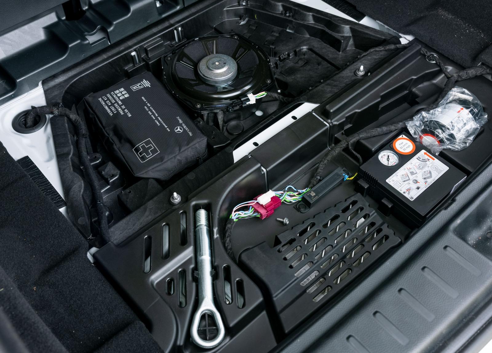 Mercedes har inget stuvfack under bagagegolvet och högtalaren ligger helt oskyddad i ett stökigt utrymme.
