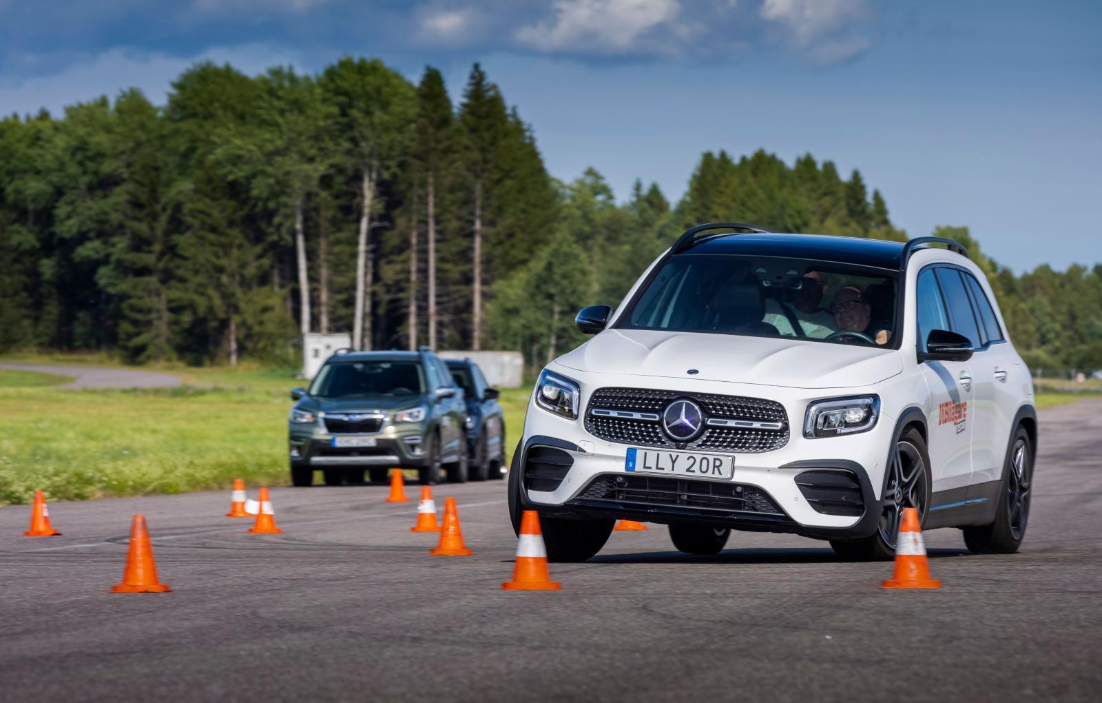 GLB är udda i konbanan. I låg fart smäller ESP-systemet till så att bilen vill stanna innan manövern är klar. I högre fart löper den snyggt igenom, max 74 km/tim.