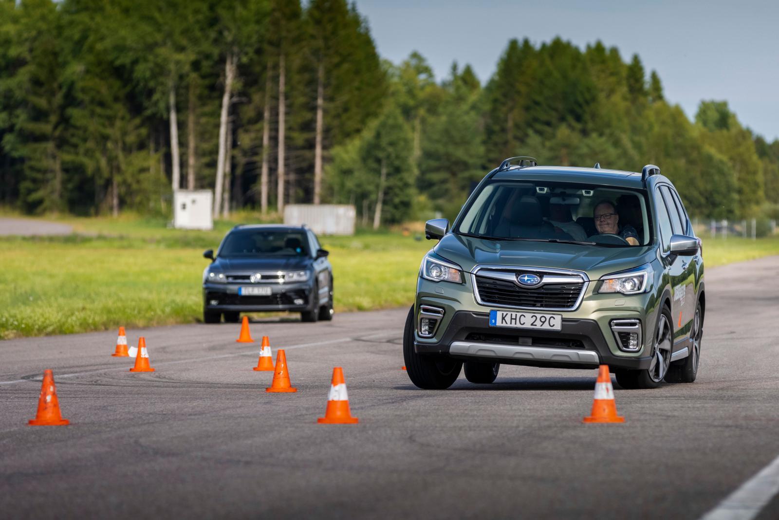 Subaru kränger mest och bromsar kraftigt men är lätt att lotsa rätt till 73 km/tim.