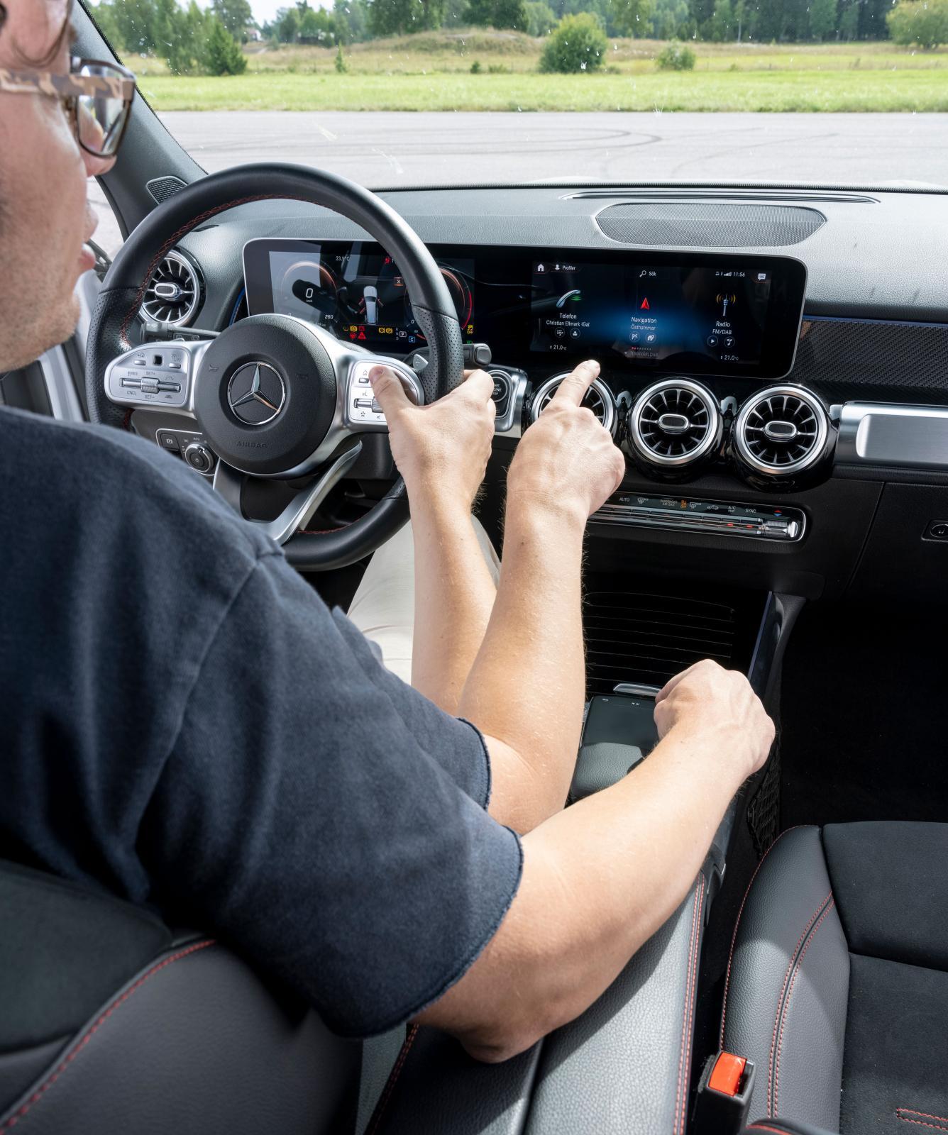 Multimedia i GLB kan skötas på fyra sätt: knappar i ratten, rösten, styrplatta mellan stolarna och från pekskärmen. Det är overkill.