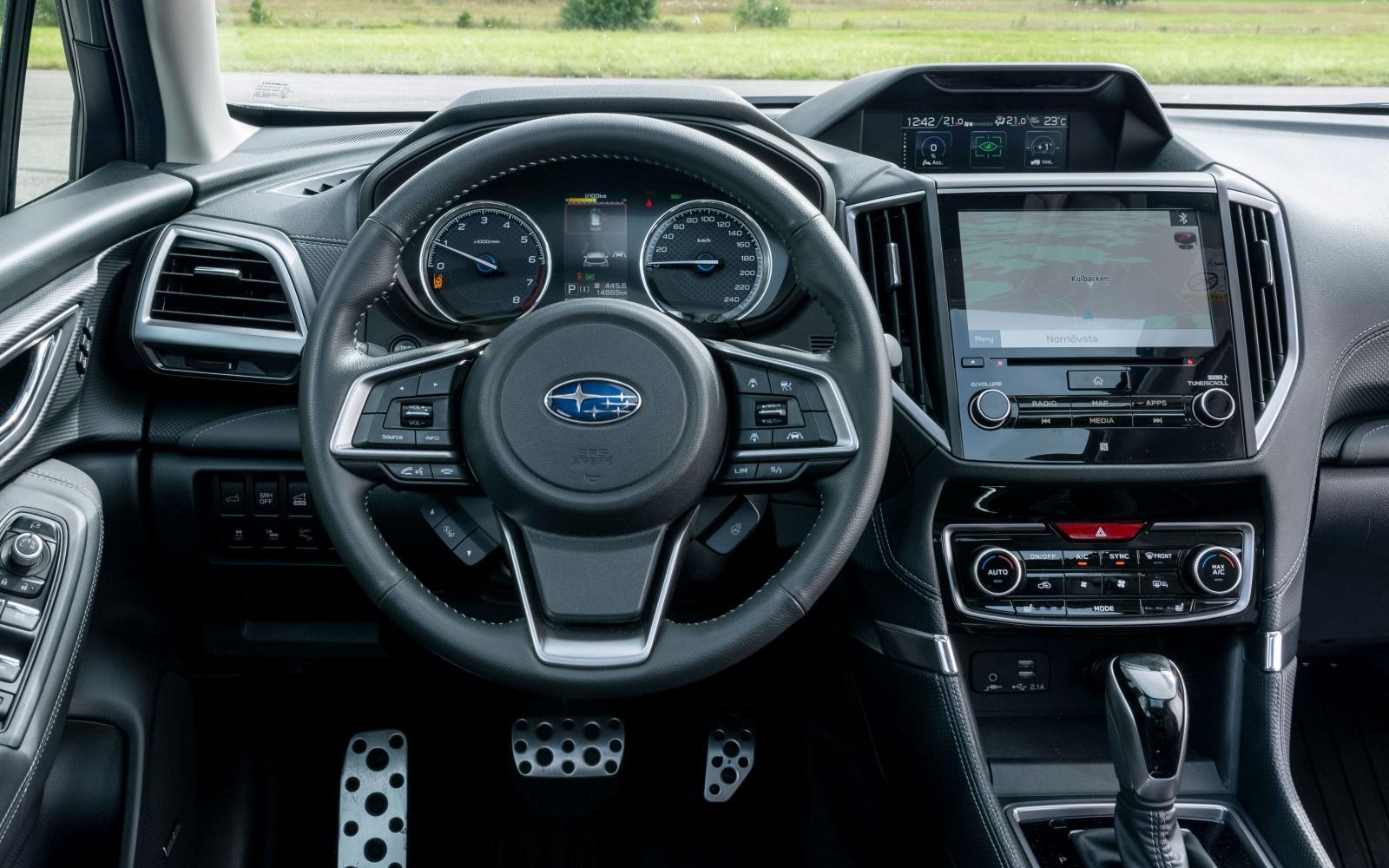Subaru: Steg för steg kommer allt mer ombonad förarmiljö i Subarus modeller och det mesta är enkelt att nå i Forester. Utmärkt finish, suverän sikt runt om.