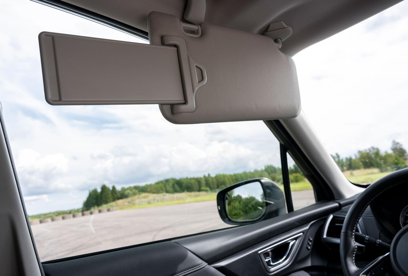 Stora konsoler i framkant av innertaket gör utvikbara solskydd korta och närmast meningslösa i många bilar. Subarus utdragbara skydd är föredömliga …