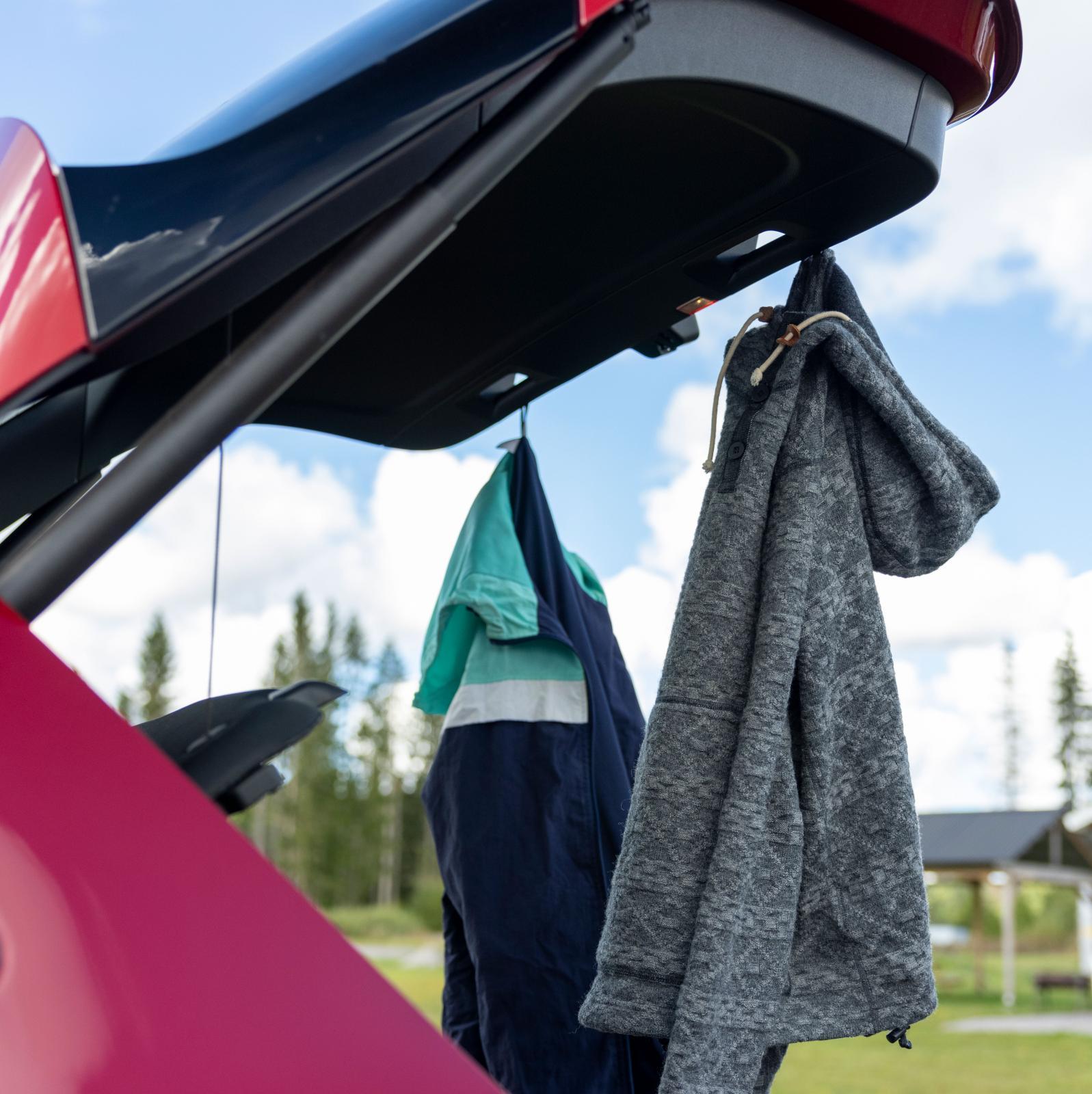 GLA har krokar för jackor på insidan av bagageluckan, praktiskt om man byter om efter fritidsaktiviteten.