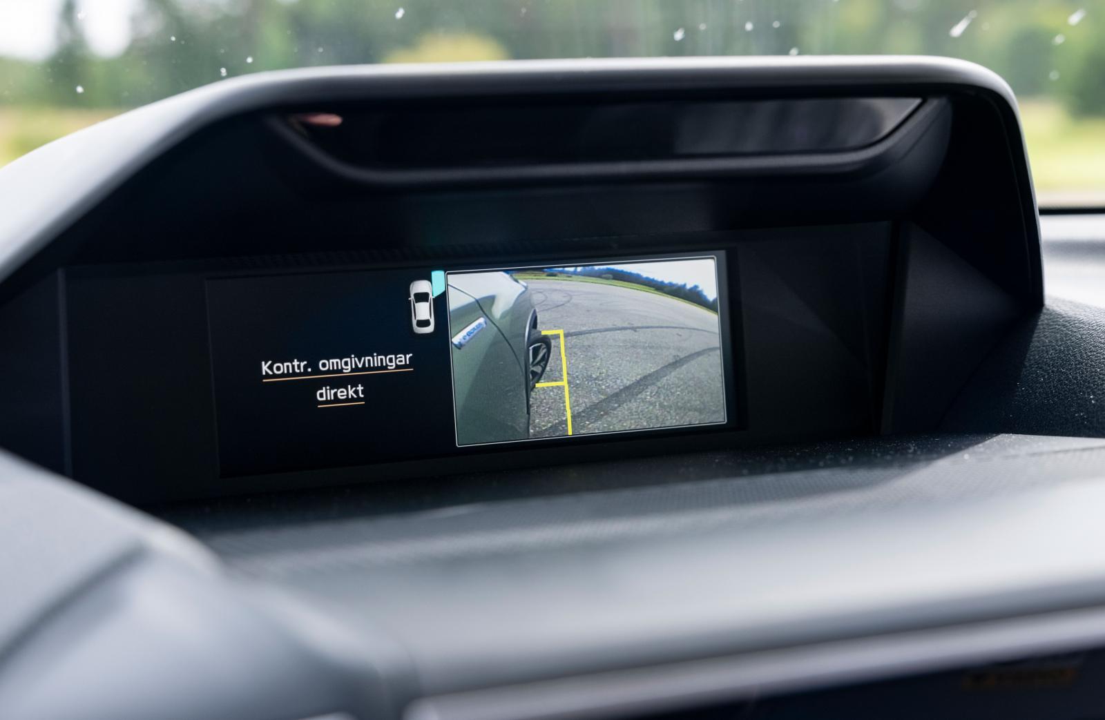"""liksom kameran som visar närbild på framhjul och -skärm. Underlättar vid såväl """"terrängkörning"""" som fickparkering."""