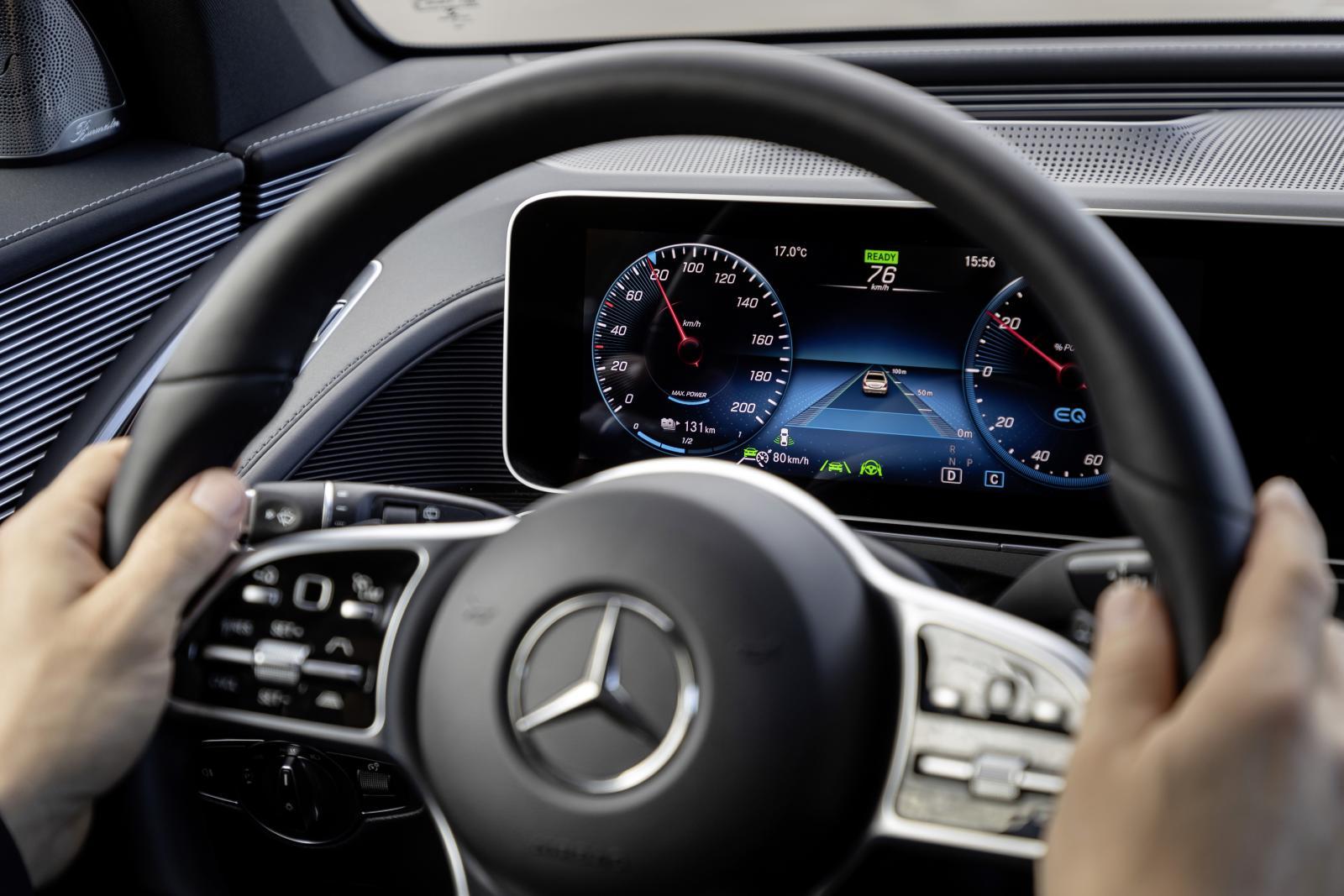 Det går inte att ta händerna från ratten med assistanssystemen – i alla fall inte under några längre perioder.