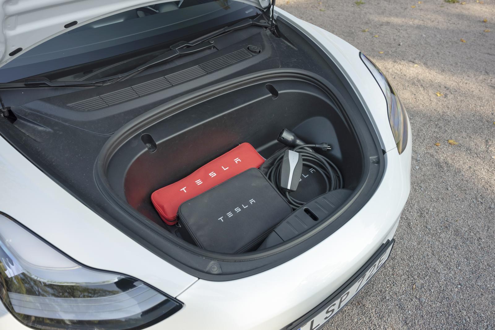 Tesla har inget officiellt servicekrav och har en flik på sin hemsida med Gör Det Själv-guider – här visas hur man själv kan byta kupéfilter.
