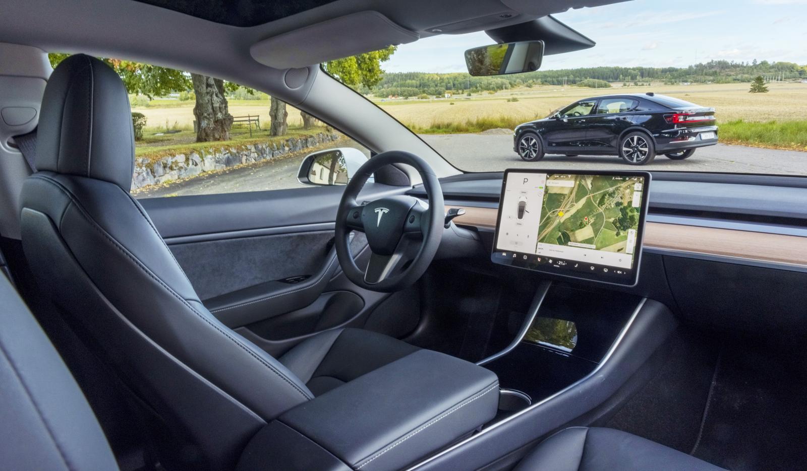 Tesla: Avskalat och luftigt. Föredömligt låg fönsterlinje i Tesla ger förnimmelsen av att sitta i ett terrarium. På ett positivt sätt. Glastak är standard.