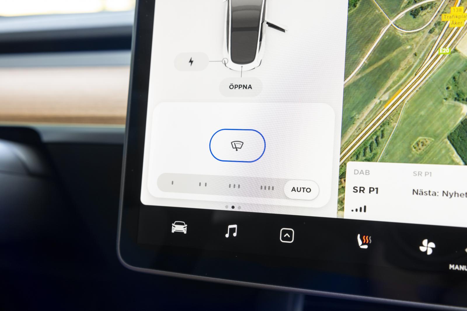 Tesla: Seg regnsensor (ej ställbar känslighet) och torkarmeny gömd i en undermeny irriterar.