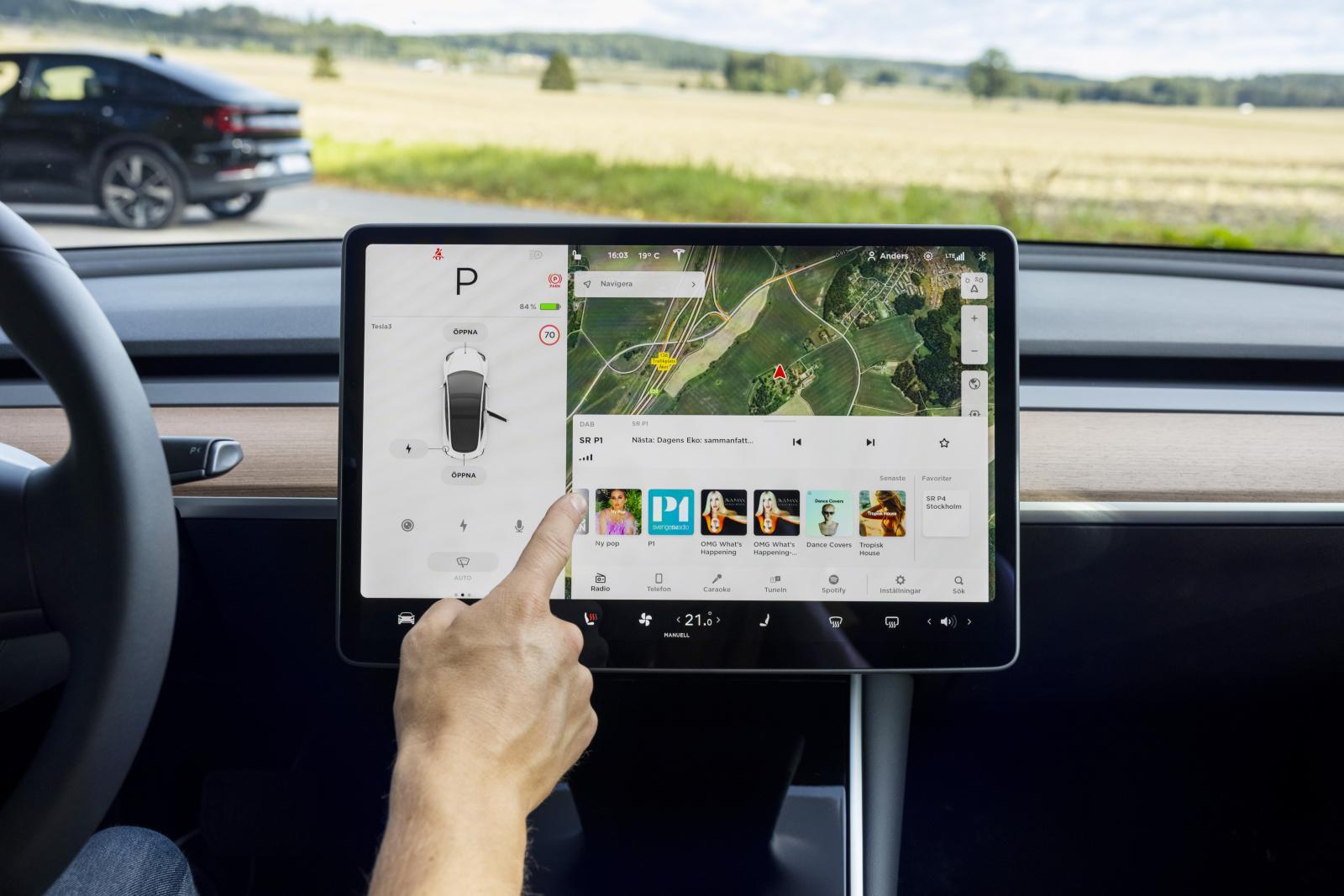Tesla: Trots att 15-tumsskärmen styr alla bilens funktioner – och det är många – sker det med godkänd ergonomi. Här finns Netflix, spel, karaoke ...