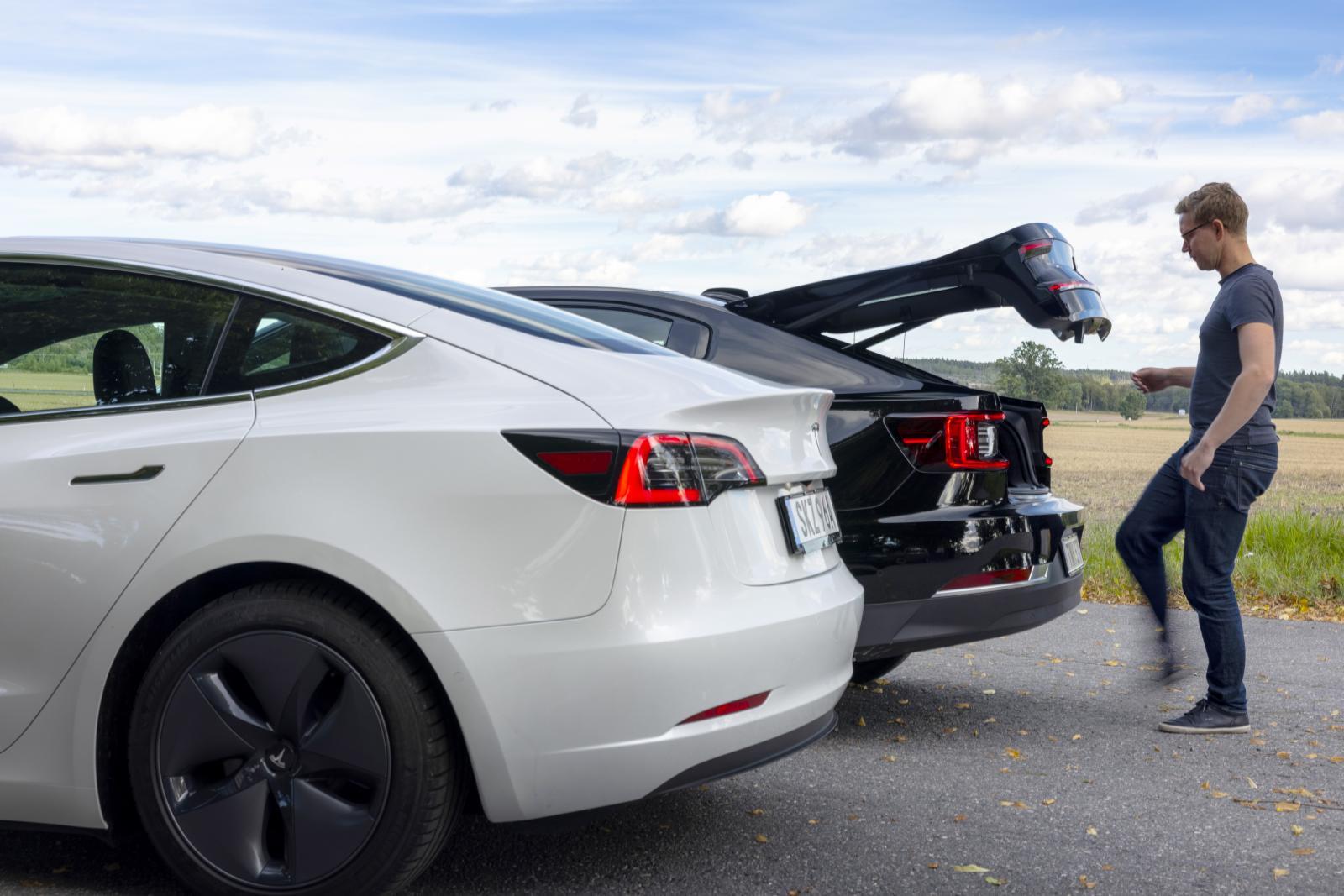 Elstyrd halvkombilucka med fotviftfunktion i Polestar. Manuell sedanöppning i Tesla.