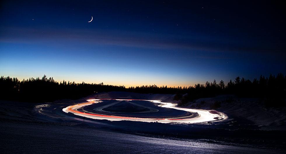 I skydd av mörkret. På natten minimeras de yttre faktorernas inverkan på resultaten. Här testar Nils köregenskaper på isbana.
