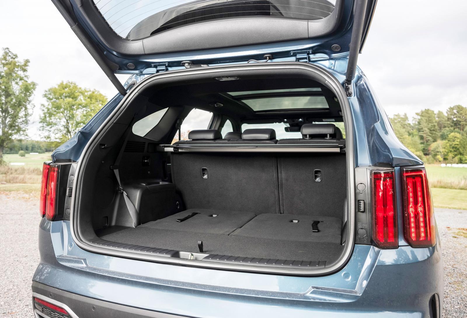 Rejält bagageutrymme trots att hjulhusen tar plats. Insynsskyddet går att stuva under lastgolvet.