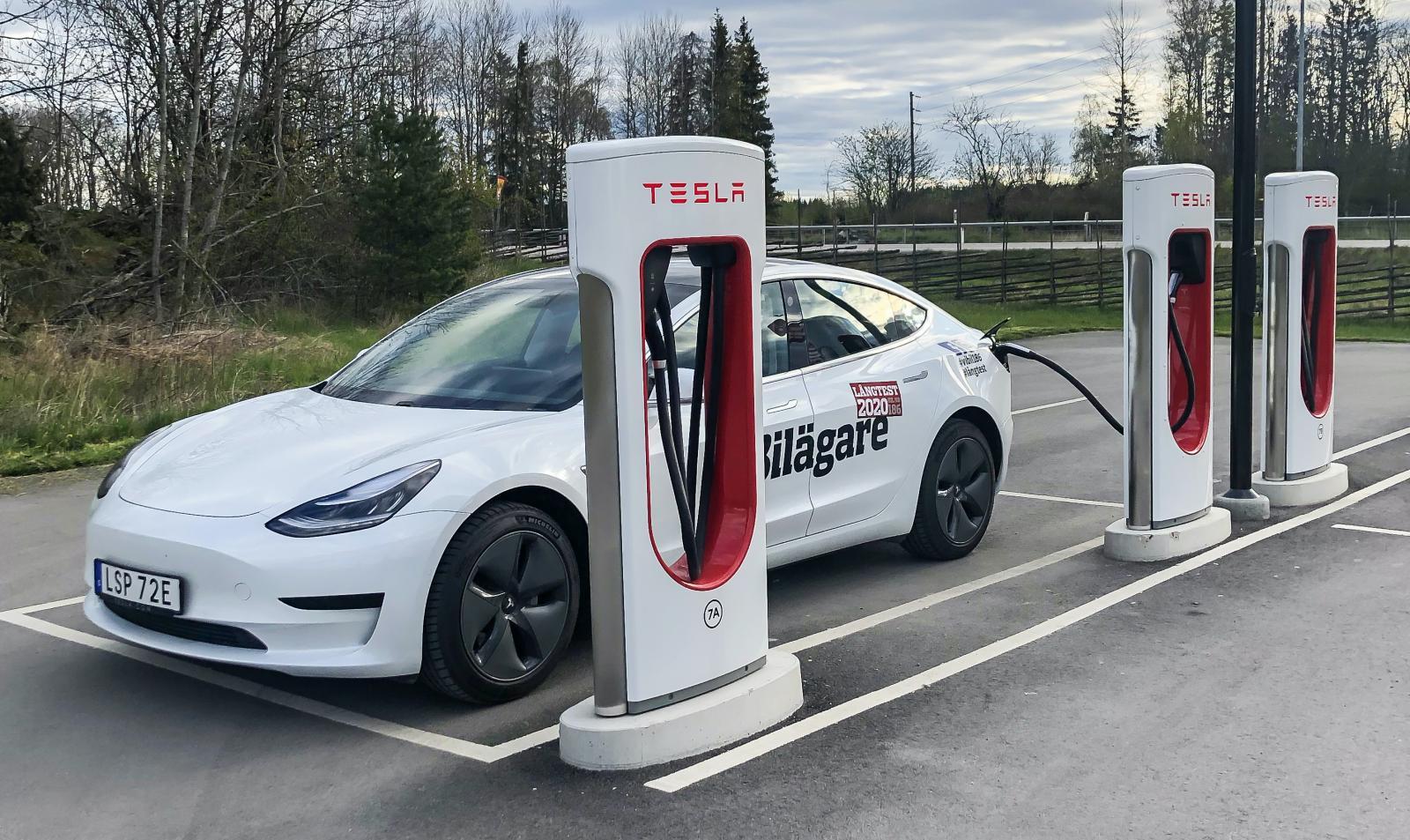 Den som köper en Tesla betalar ofta ett högre inköpspris än för vissa andra elbilar. Men å andra sidan blir snabbladdningen billigare.