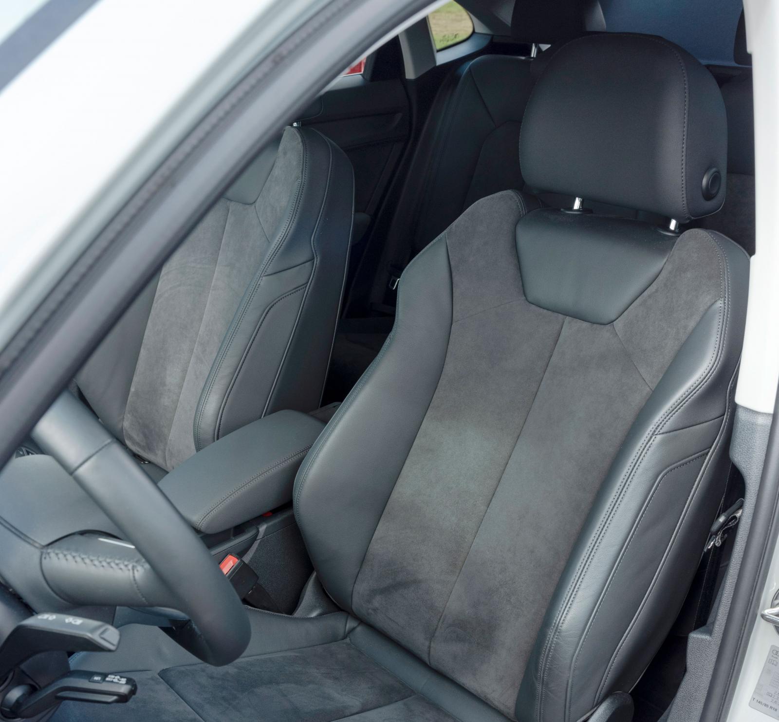Sportstolar är enda möjliga stol till Q3 SB. Mekaniskt justerbart lårstöd och vinklingsbar dyna för förare och passagerare. Fyrvägs svankstöd.