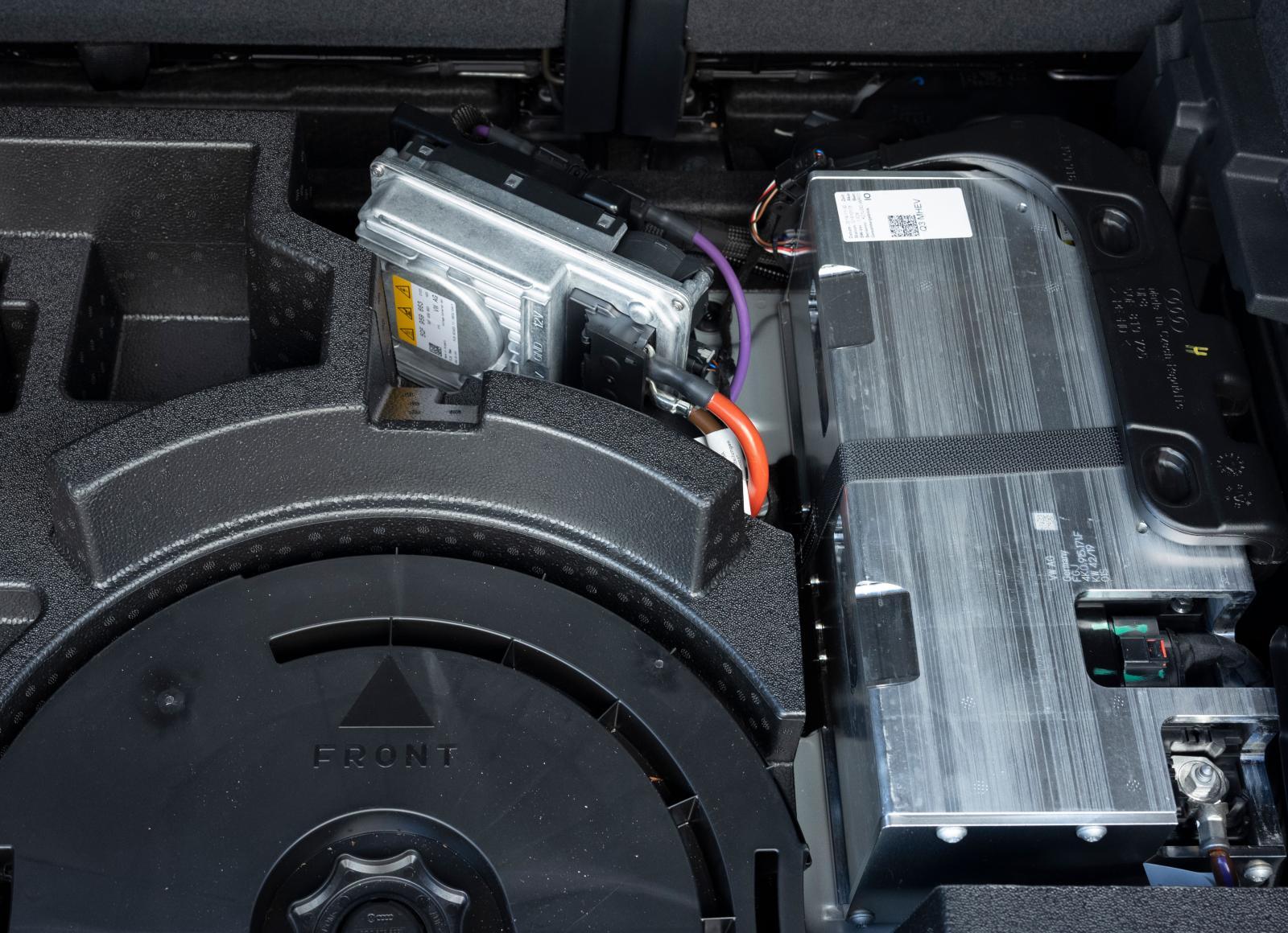 48-voltsystemets litiumjonbatteri skyddas av en aluminiumplåt. Batteriet är luftkylt.
