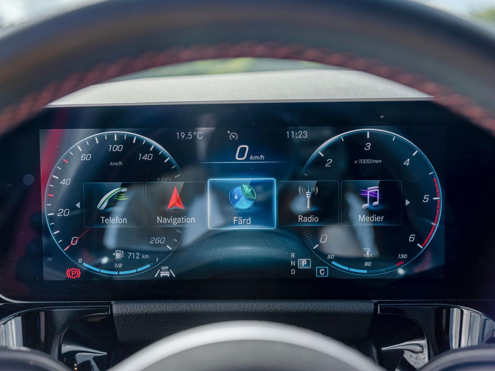 """Mätartavlor på skärm. Testbilen var utrustad med den större skärmen (5200 kr) som visar hastighet och varvtal med """"analoga"""" mätare."""