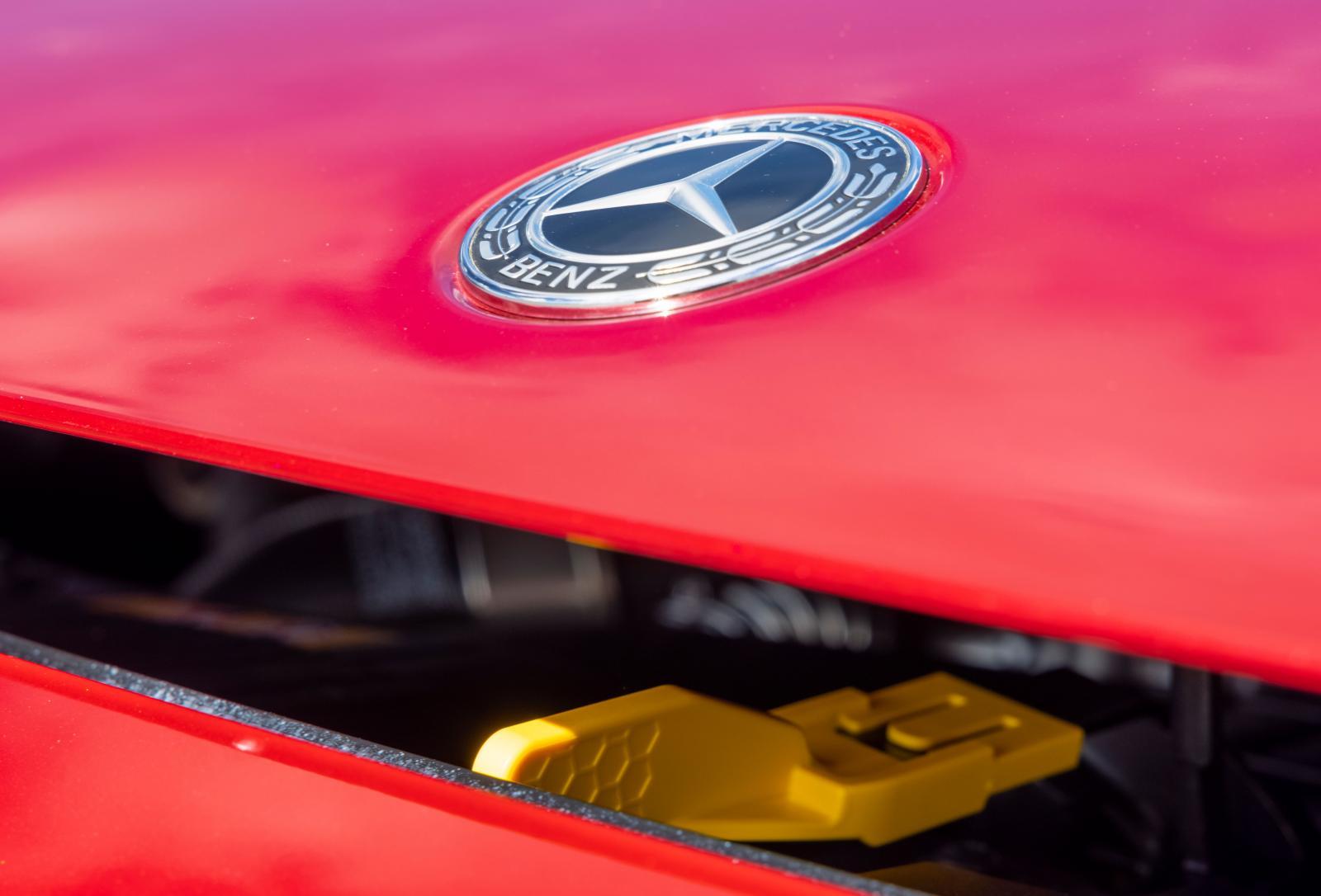 Det är inte alltid så lätt att hitta motorhuvsspärren. Gul färg på låsmekanismen underlättar jakten.