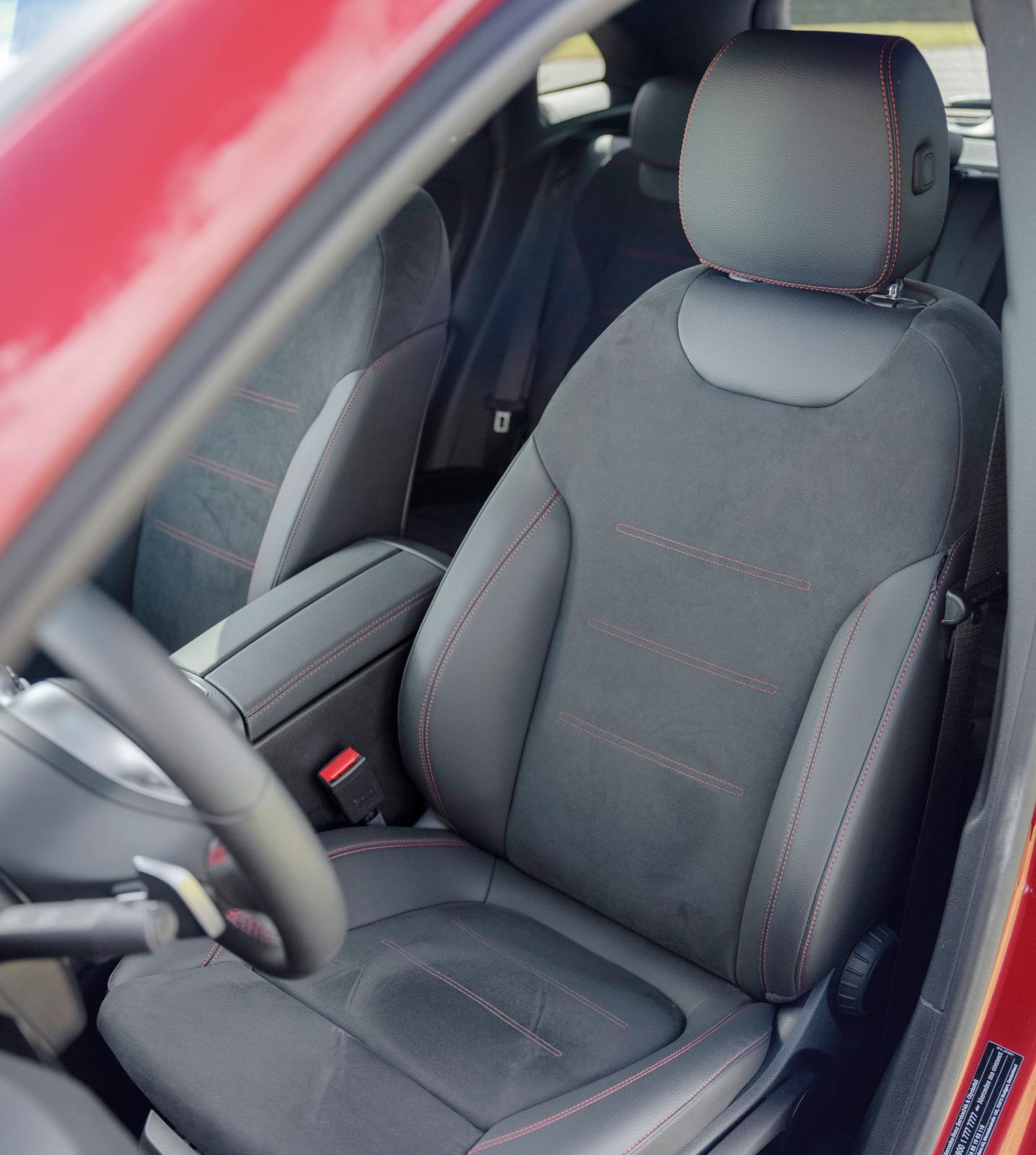 Mercedes standardstol gränsar till att vara för hård, men på längre resor uppskattar kroppen stolens fostrande attityd.