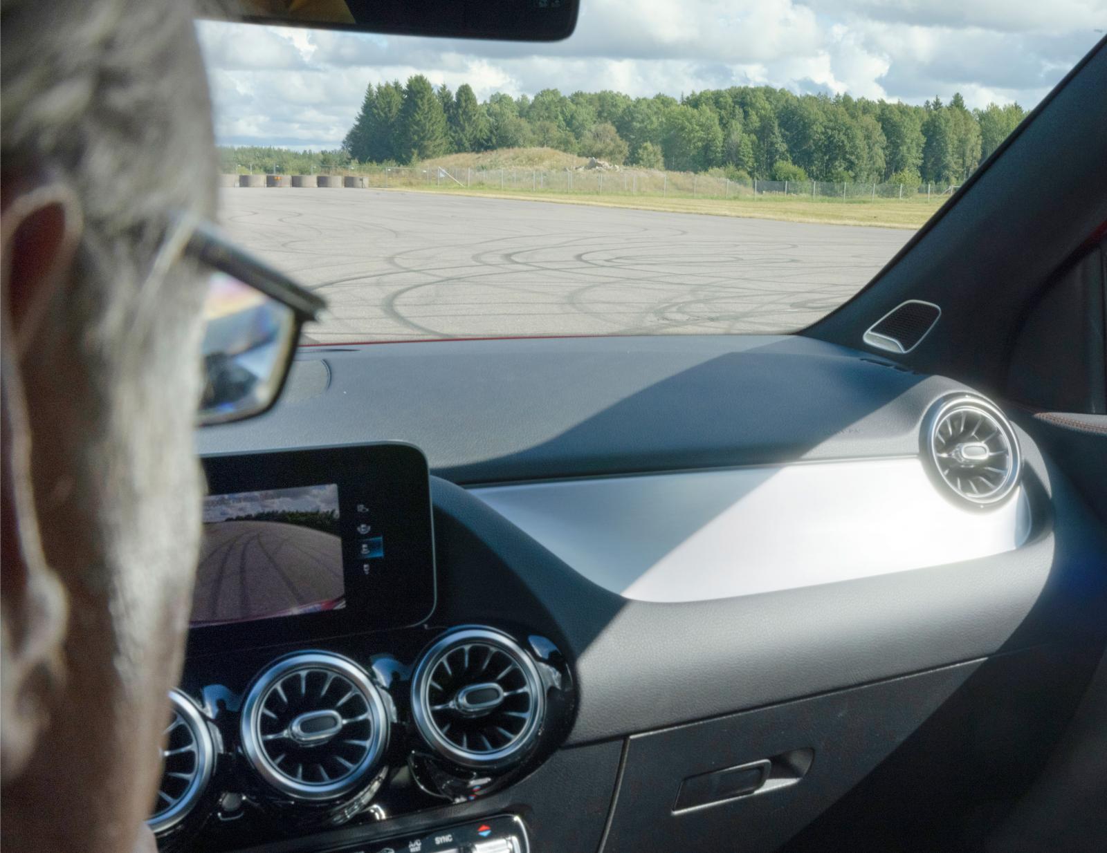 Dekorpanelen i längsslipad aluminium (1750 kr) ger i vissa ljusvinklar jobbiga reflexer. Mindre blanka dekorpaneler är standard.