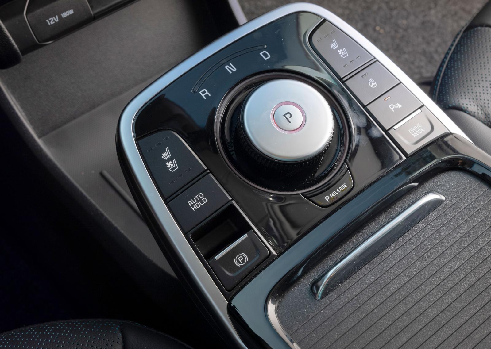 Växelväljaren är ett lättskött vred, omgivet av knappar för stolsvärme, start/stopp, rattvärme etc.