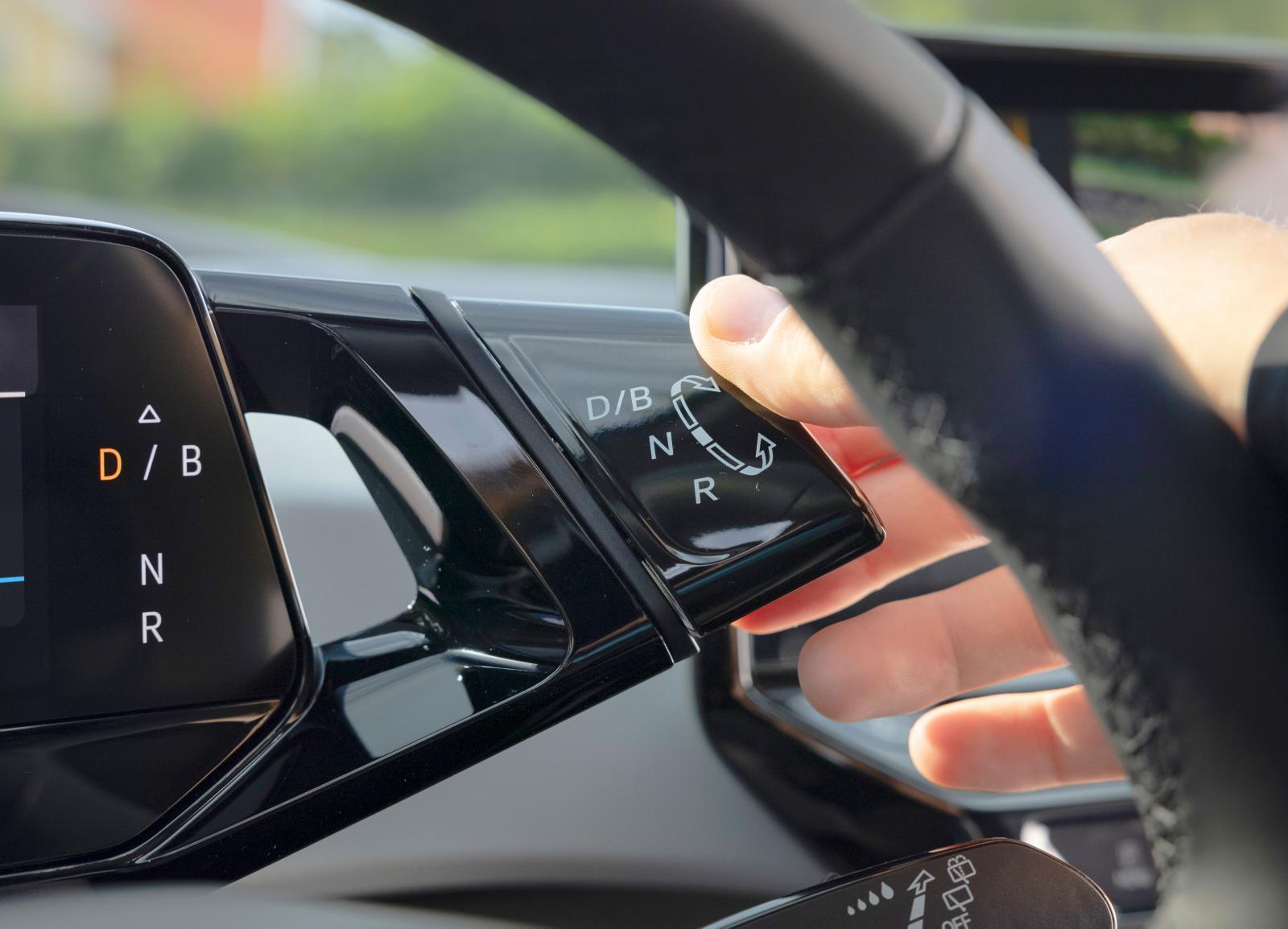 BMW i3 låter hälsa: Växelväljaren i ID.3 är ett lättskött vred till höger om skärmen framför föraren.