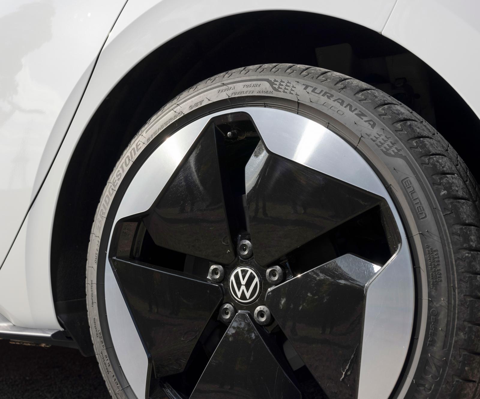 Tjugotumshjulen på 1st Edition är nästan det dominerande visuella inslaget på bilen. De ger faktiskt inte alls så stötig gång som befarat, fjädringskomforten är ett trumfkort.