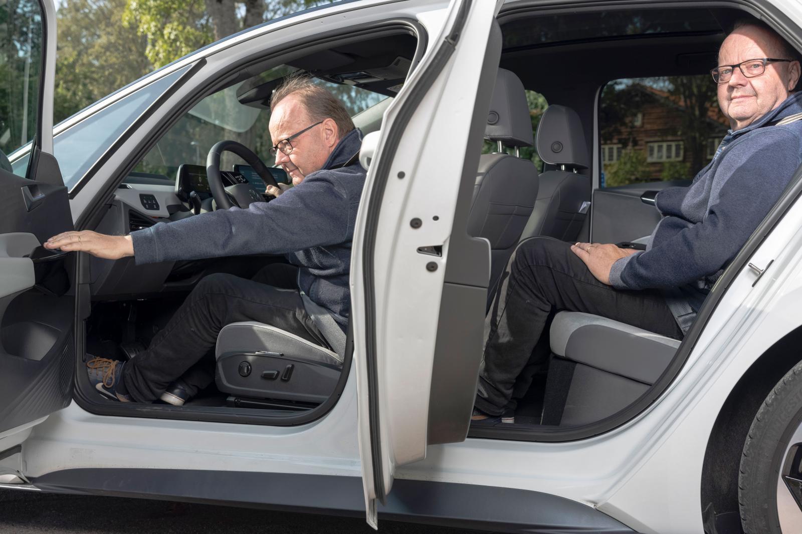 Generösa dörröpppningsvinklar är en av fördelarna med ID.3-karossen. I baksätet ges gott om plats och den höga sittpositionen betyder fin överblick framåt. Det galonartade materialet på framstolarnas ryggstöd känns billigt och stoppningen håller inte sedvanlig VW-klass.