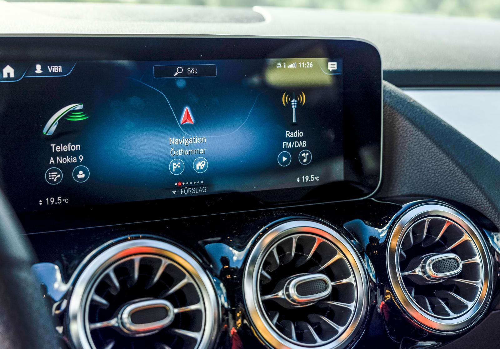 Mercedes förstår talade instruktioner bättre än konkurrenterna. Menyerna kan anpassas efter förarens tycke och användande. Mycket välfungerande.