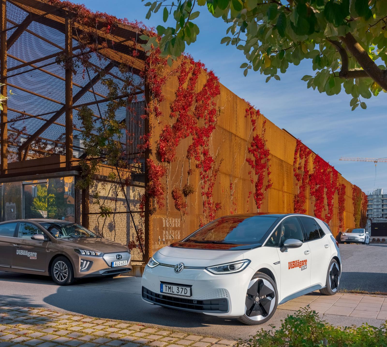 """Två olika filosofier att formge elbil. Hyundai Ioniq skyltar knappast med sin drivkälla medan Volkswagen ID.3 formligen ropar """"Titta så modern och eldriven jag är!"""""""