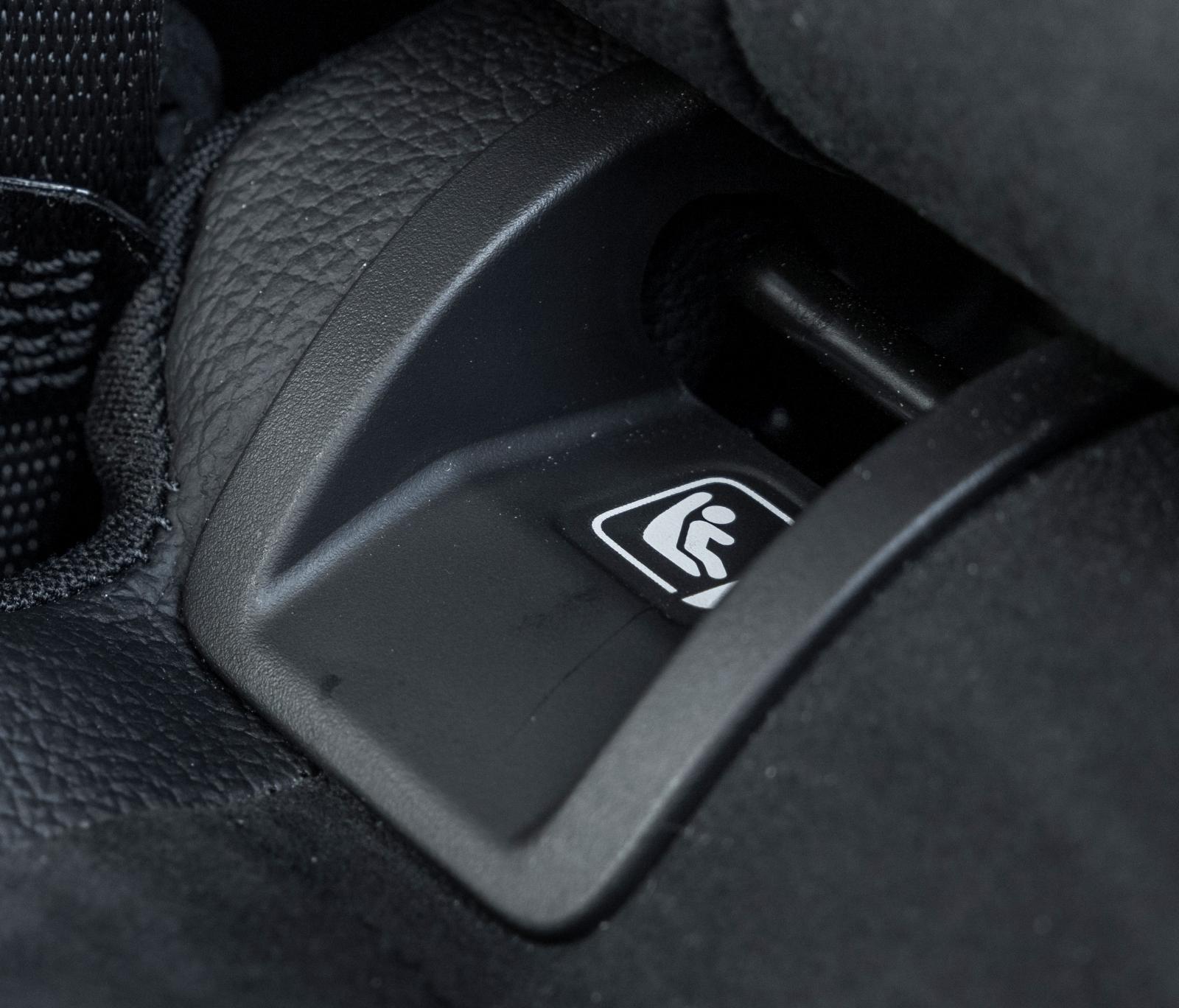 Stort utrymme vid isofixfästena förenklar montering i  Mercedes.