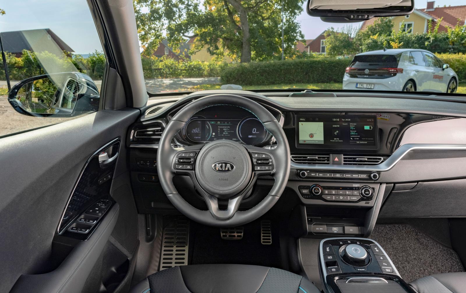 KIA: Mer konventionella former än kusin Hyundai och med ännu bättre och enklare skötsel överlag. Tacka riktiga knappar för det! Växelväljare med vred.