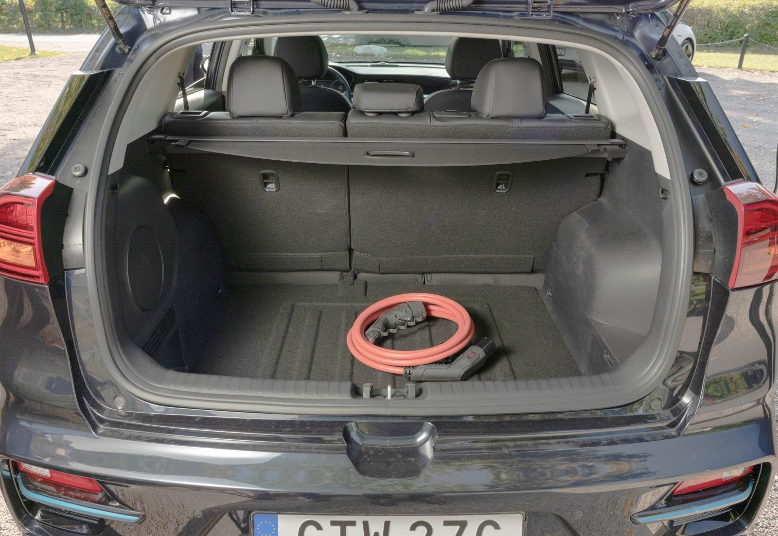 Med baksätet uppfällt erbjuder e-Niro det största bagageutrymmet, med baksätet nedfällt blir det inte riktigt lika rymligt som i Hyundai. Öppningen är bred och ståhöjden rejäl under luckan. Genomlastningslucka saknas.