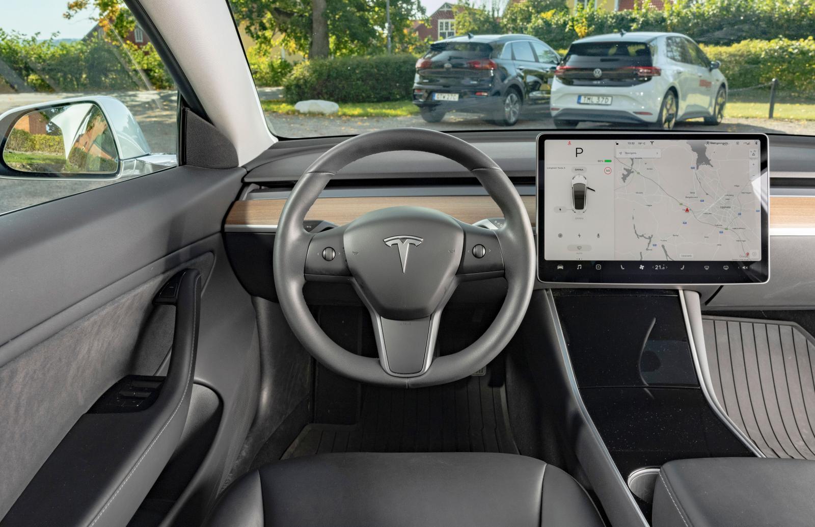 Tesla: Förutom den rikliga skärminformationen, växelväljarspaken och rattrullarna är förarmiljön närmast innehållslös. Det ger en avspänd känsla.