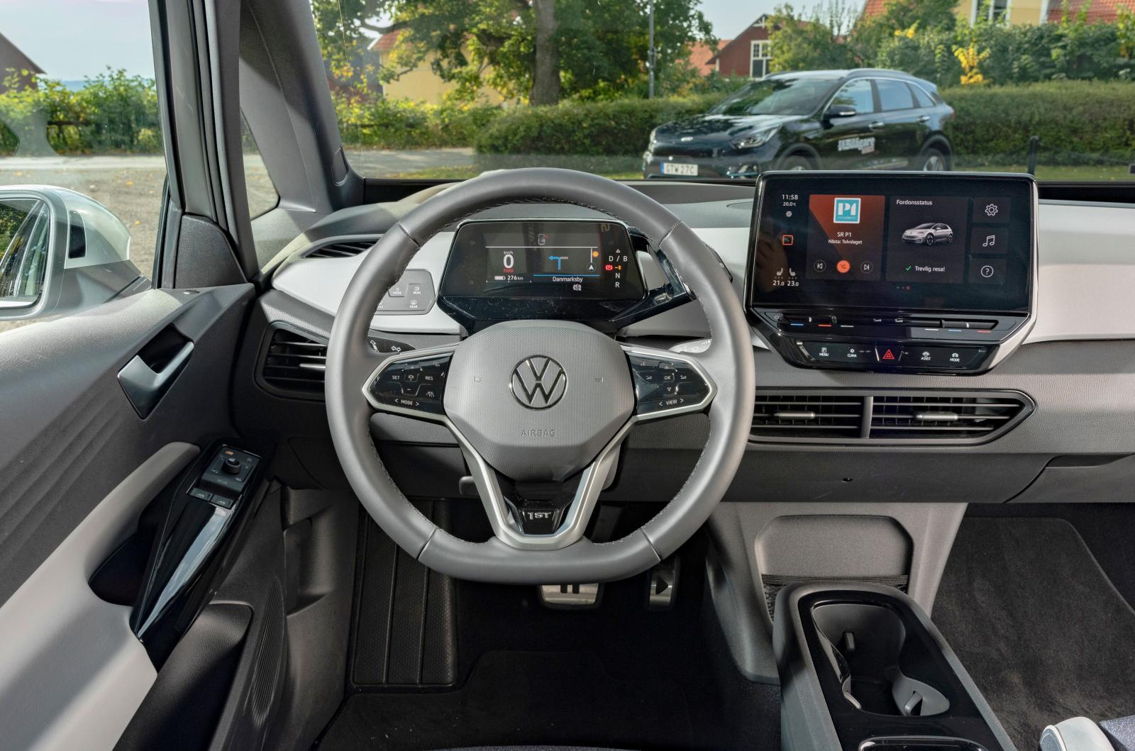 """VW: Två skärmar, rattreglage med """"haptisk"""" tryckkänsla och fönsterytor nästan som i en minibuss – ID.3 känns modern och fräsch från förarens position."""