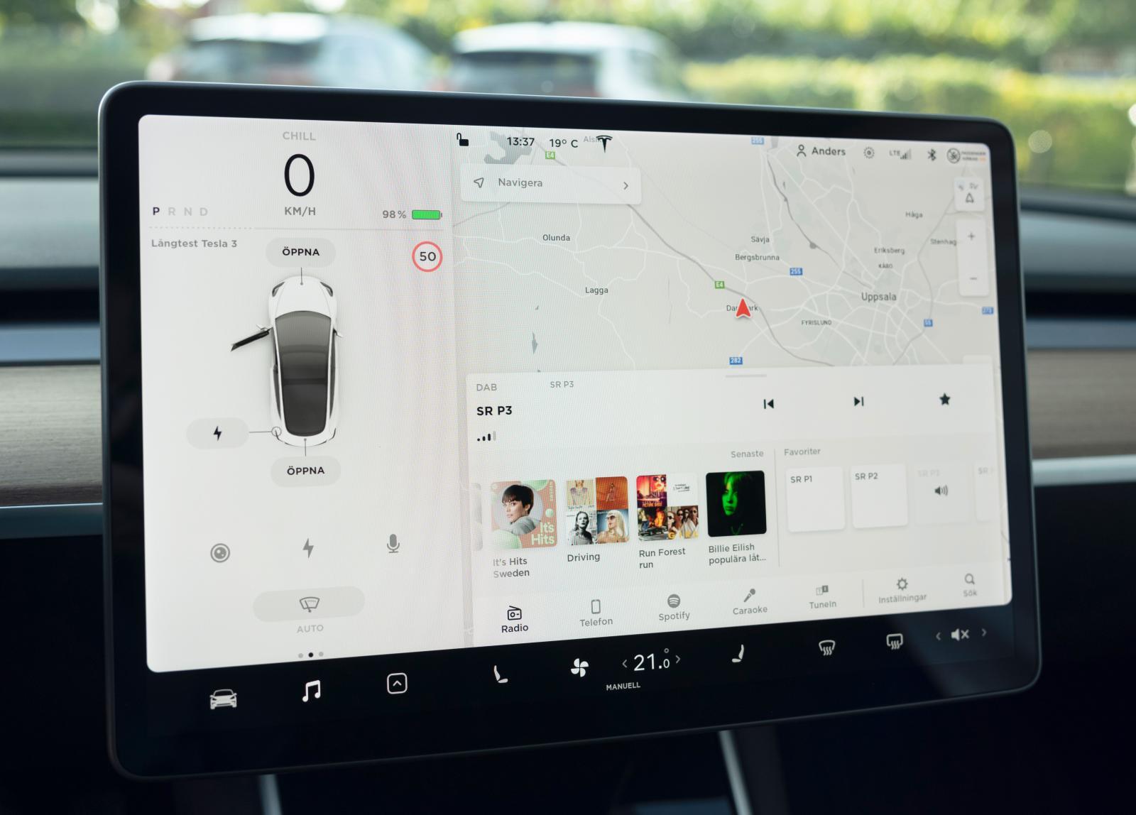 Tesla: Liggande jätteskärm i Tesla ger överblick, grafiken är vass. Spalten till vänster visar hastighet och funktioner.
