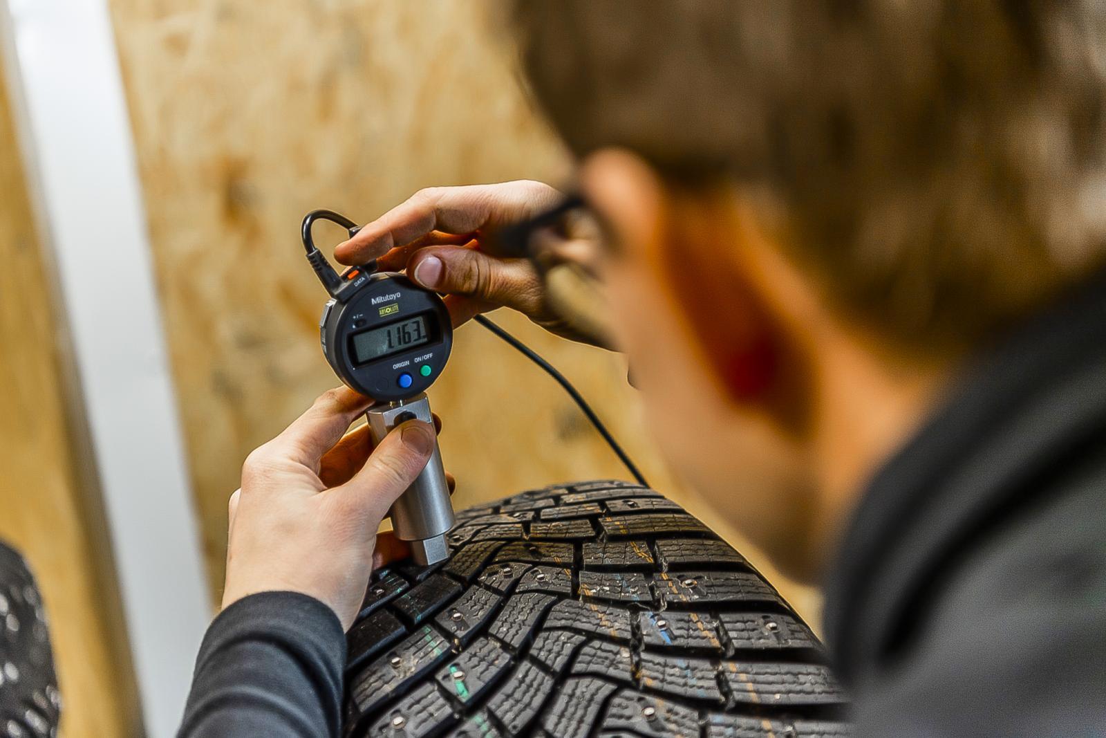 Mönsterdjupet ska vara minst tre millimeter, men de flesta däck tappar prestanda även med mer mönsterdjup än så.