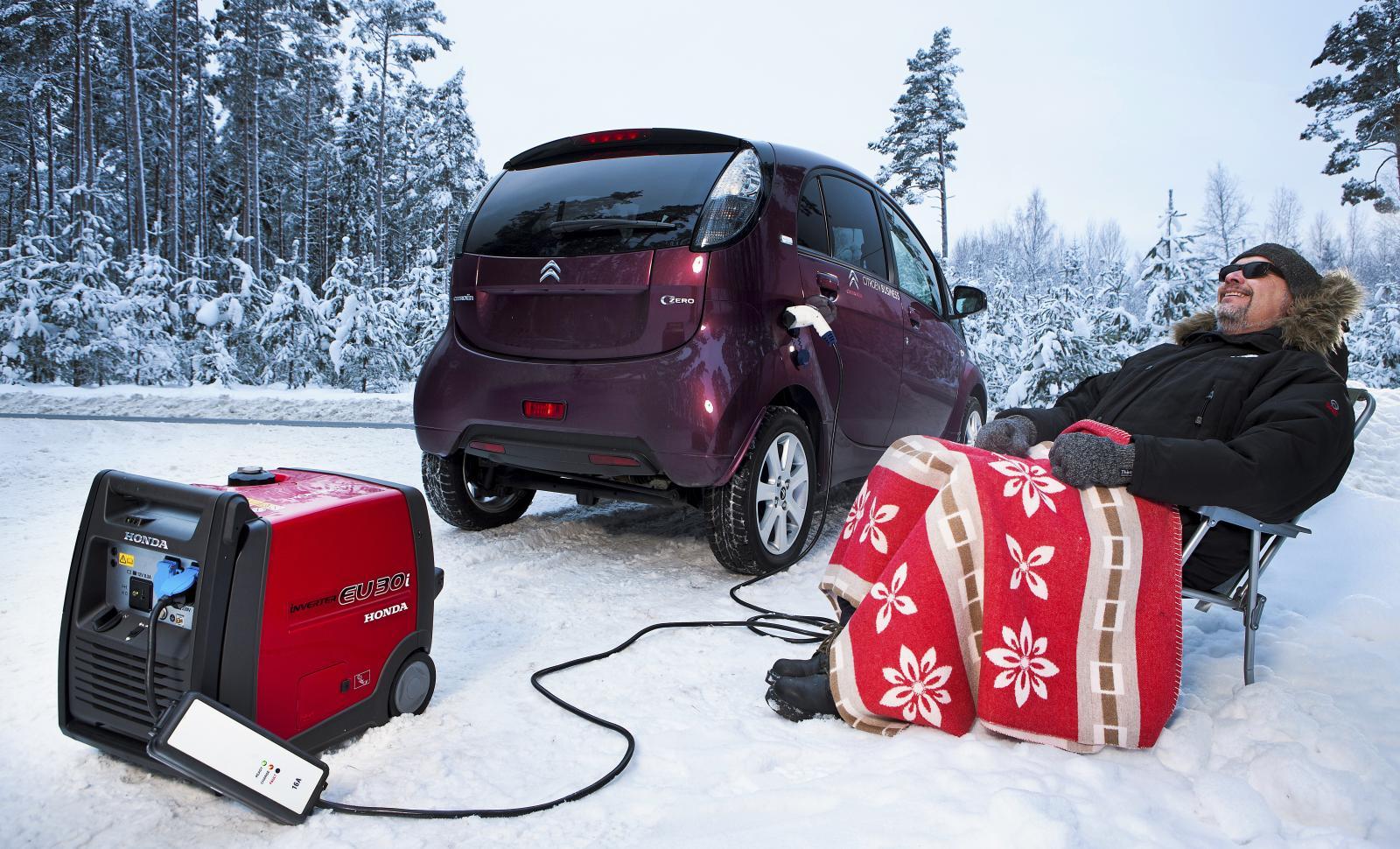 Tommy Wahlström fick slå av värmen och köra försiktigt när han skulle åka Citroën C-Zero till Forsmarks kärnkraftsverk. Ändå behövdes ett bensindrivet laddaggregat för att komma fram.