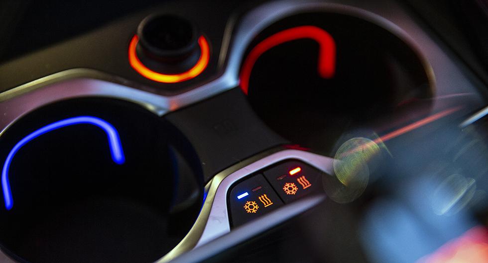 Mugghållarna kan värmas eller kylas via knapptryck på mittkonsolen.