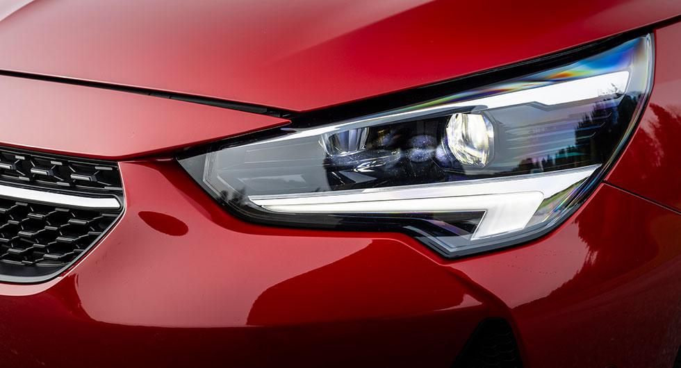 Corsa har LED-strålkastare med adaptiv ljusbild.