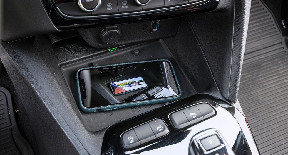 Trådlös laddning av mobiltelefon är praktiskt och bekvämt. Opel har framtidssäkrat Corsa med en laddplatta som duger även när telefonen närmar sig A4-storlek.