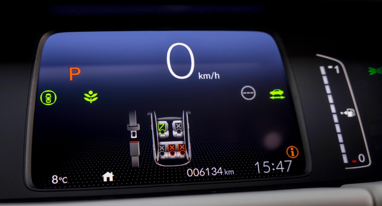 Tydlig hastighetsmätare! Stapeln längst till vänster visar högspänningsbatteriets laddning.