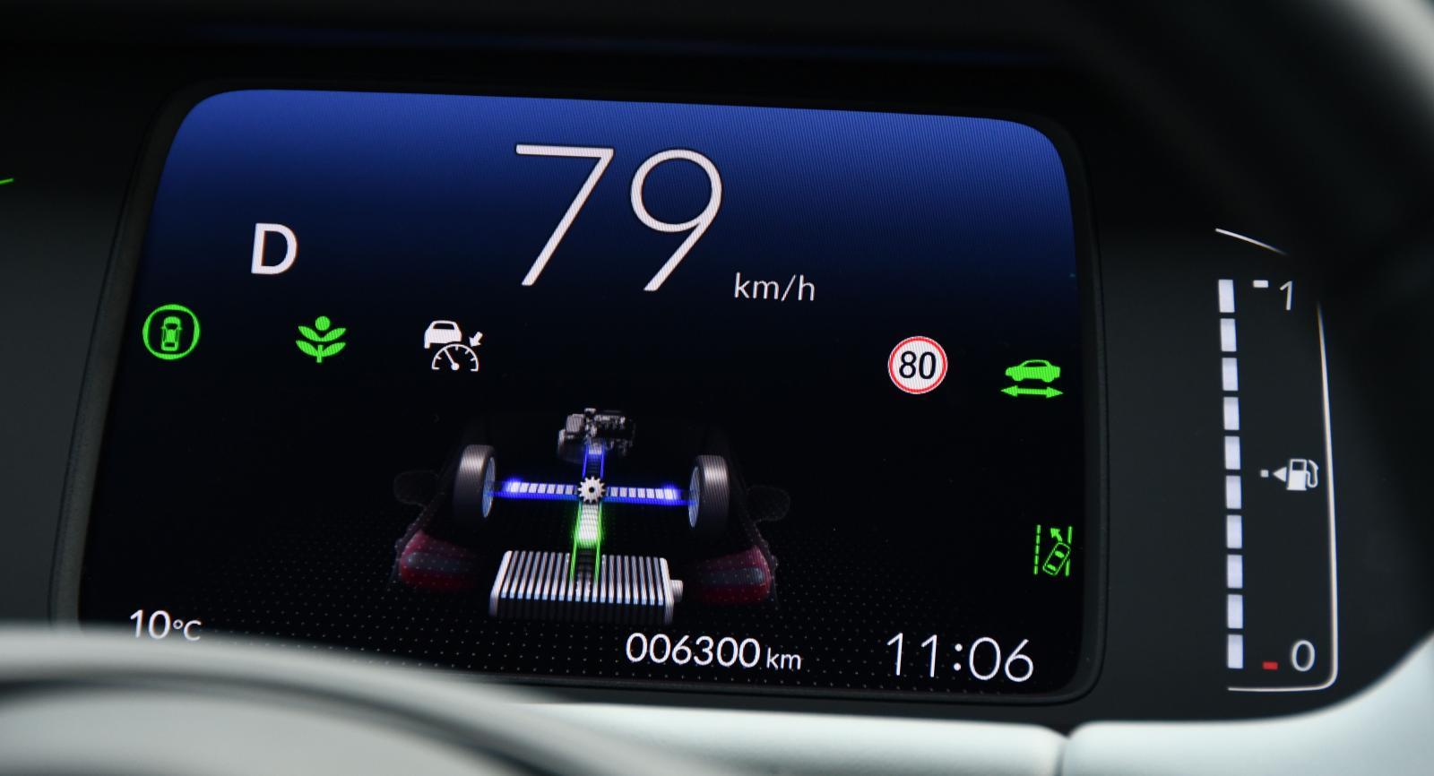 En inblick i hur förbrännings- och elmotor arbetar. Kugghjulet mellan axlarna visar när förbränningsmotorn är inkopplad mot drivhjulen. Den gröna växten är en poängräkningsfunktion för energieffektivt körning.