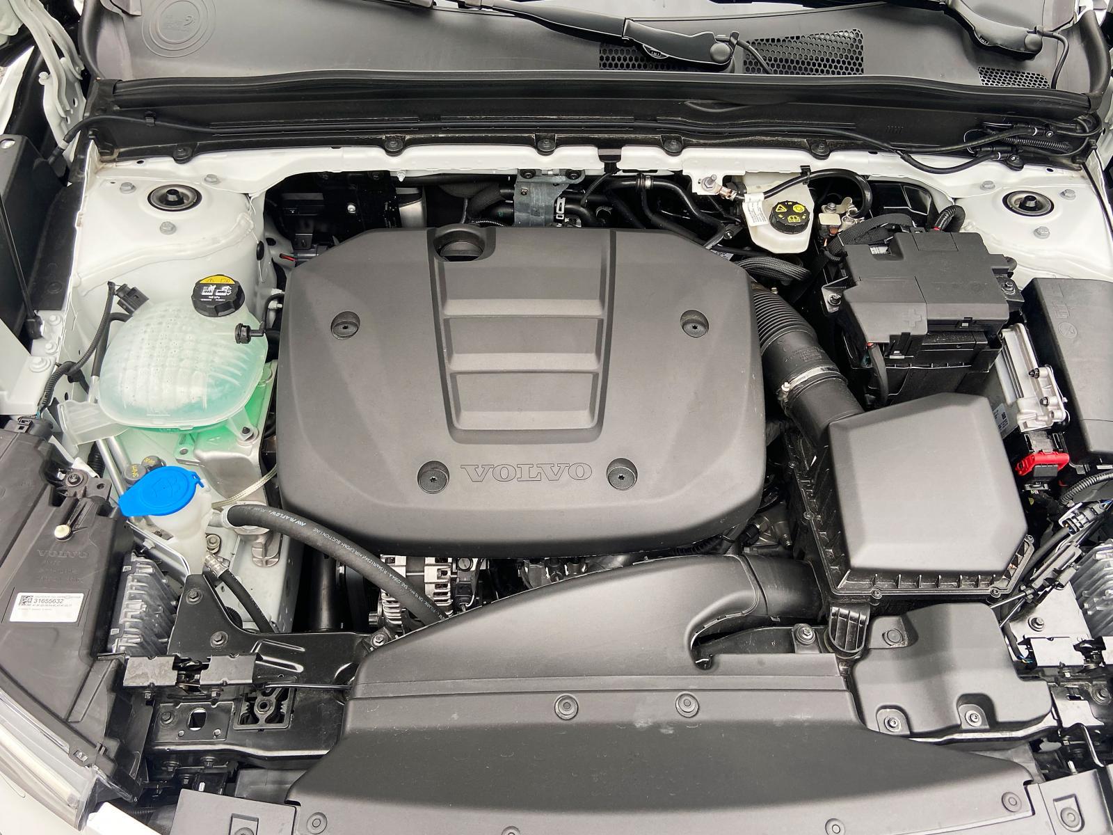 En liten 1,5-litersmaskin med tre cylindrar ger låg vikt över framhjulen.  T2 är smidigare att köra än D4 AWD och med mer följsam chassisättning.