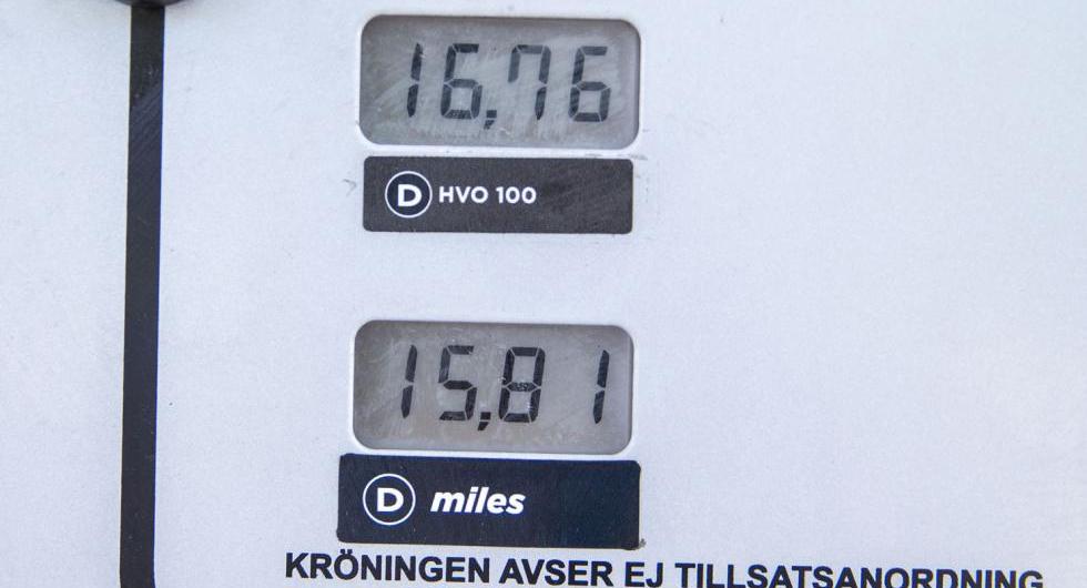 Ungefär en krona dyrare än vanlig diesel men bränslebolagen tror att priset för HVO100 kommer att höjas ytterligare.