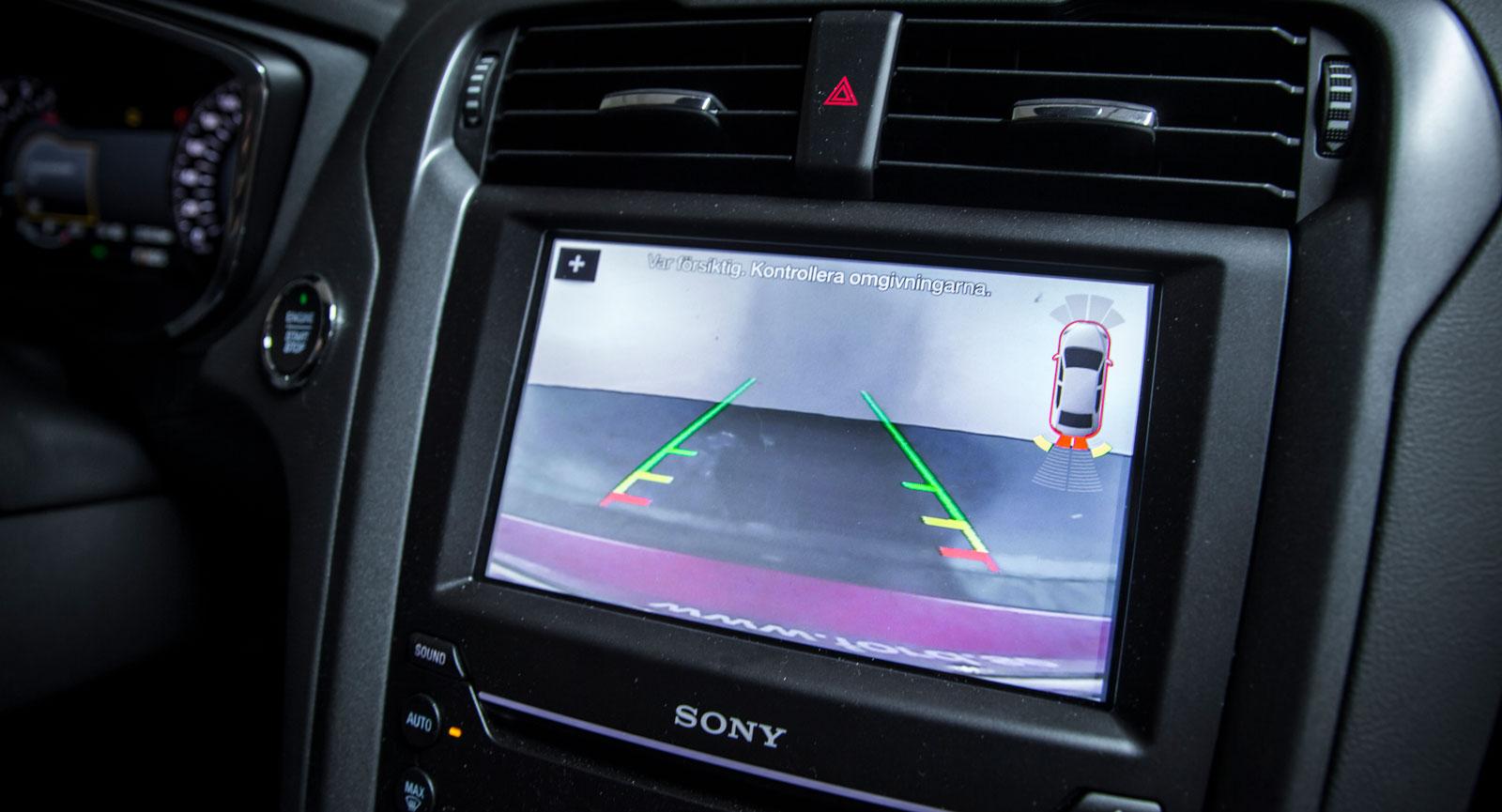I lite mer avancerade p-hjälpsystem är sensorerna ofta kompletterade med en backningskamera.
